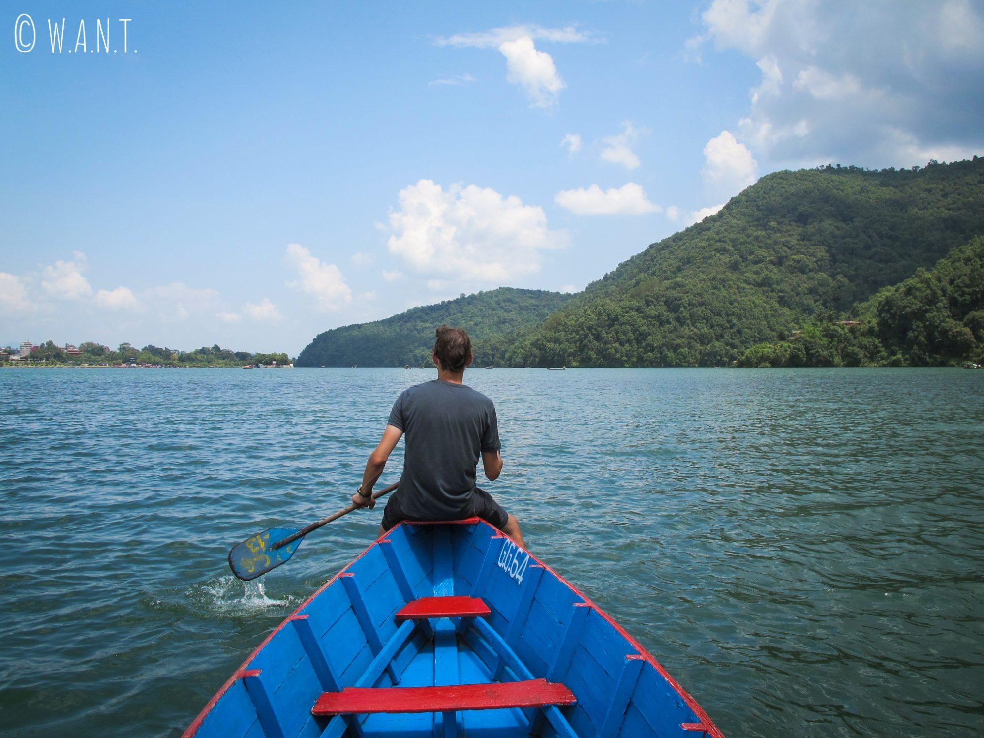 Benjamin profite du paysage à l'avant de notre barque sur le lac Fewa