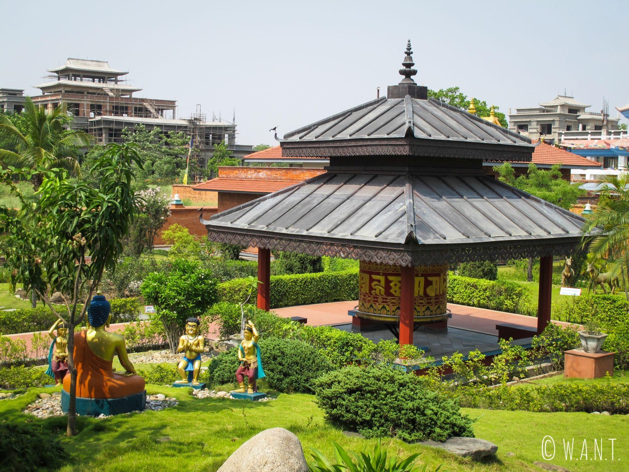 Dans les jardins du Lotus stupa de l'Allemagne, l'histoire de Bouddha est contée