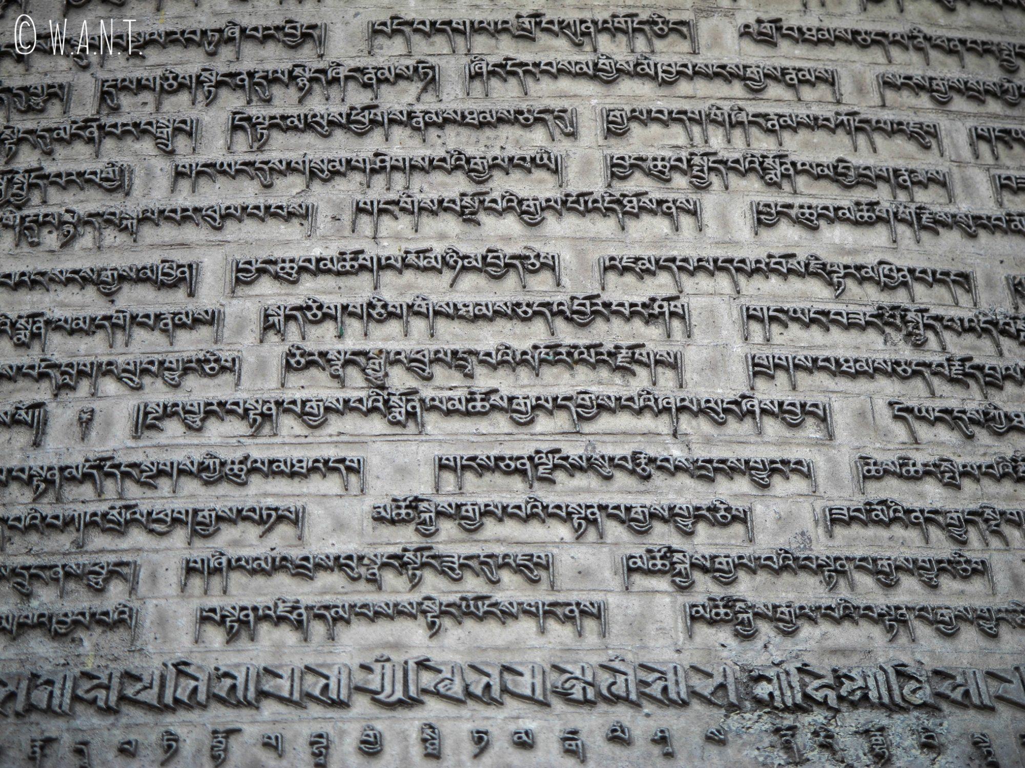Inscriptions bouddiques sur la cloche du stupa Bodnath
