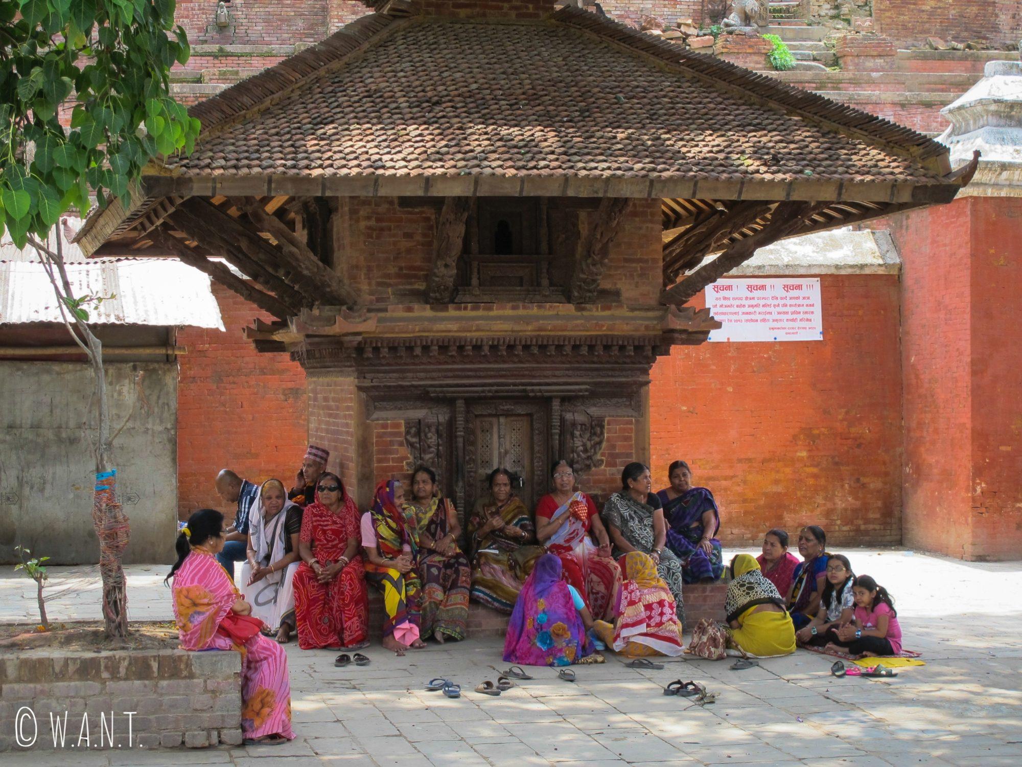 Les femmes se réunissent sur la place principale du Durbar Square et entonnent des chants