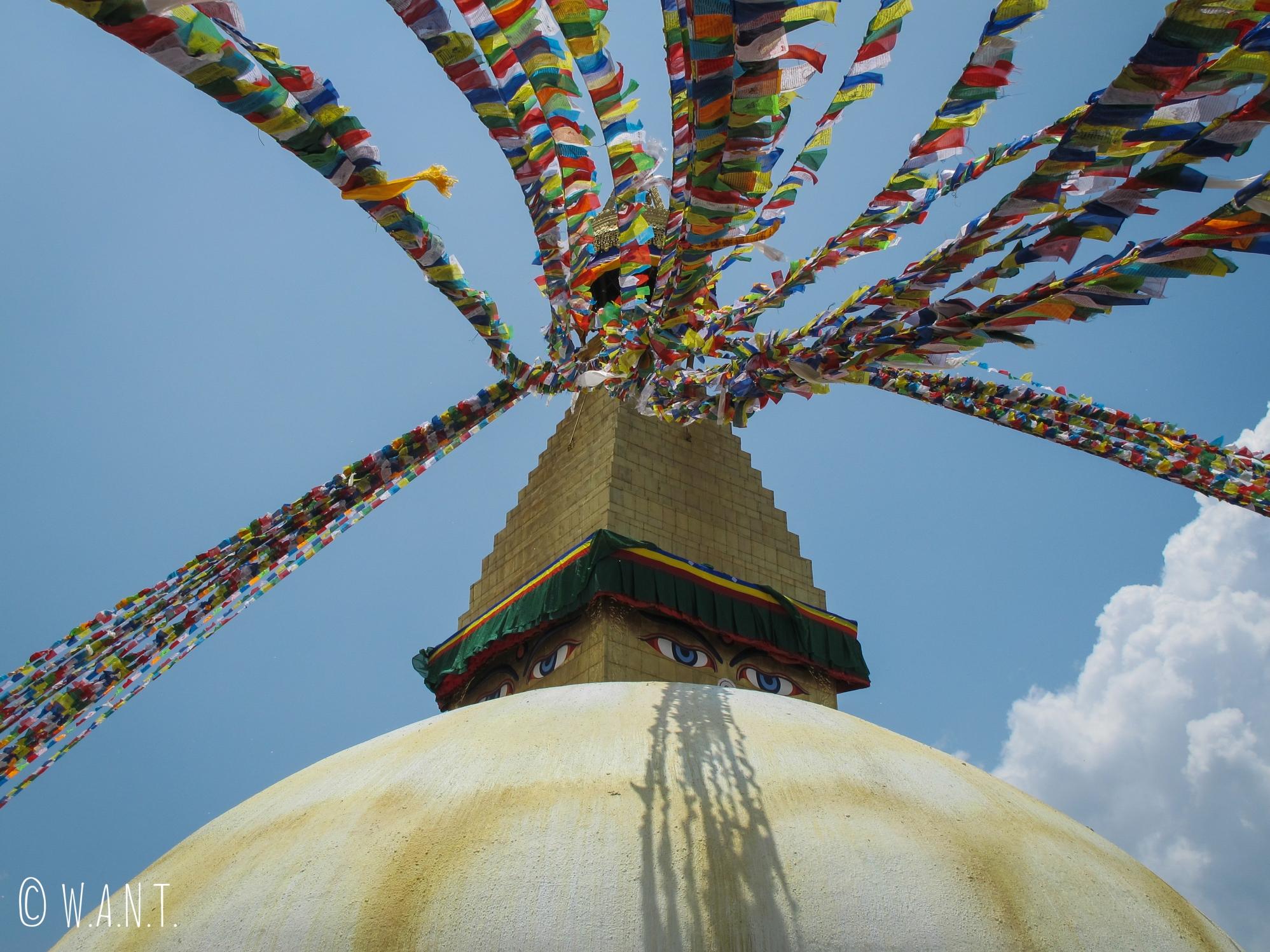 Les loungtas flottent au vent sur le stupa Bodnath