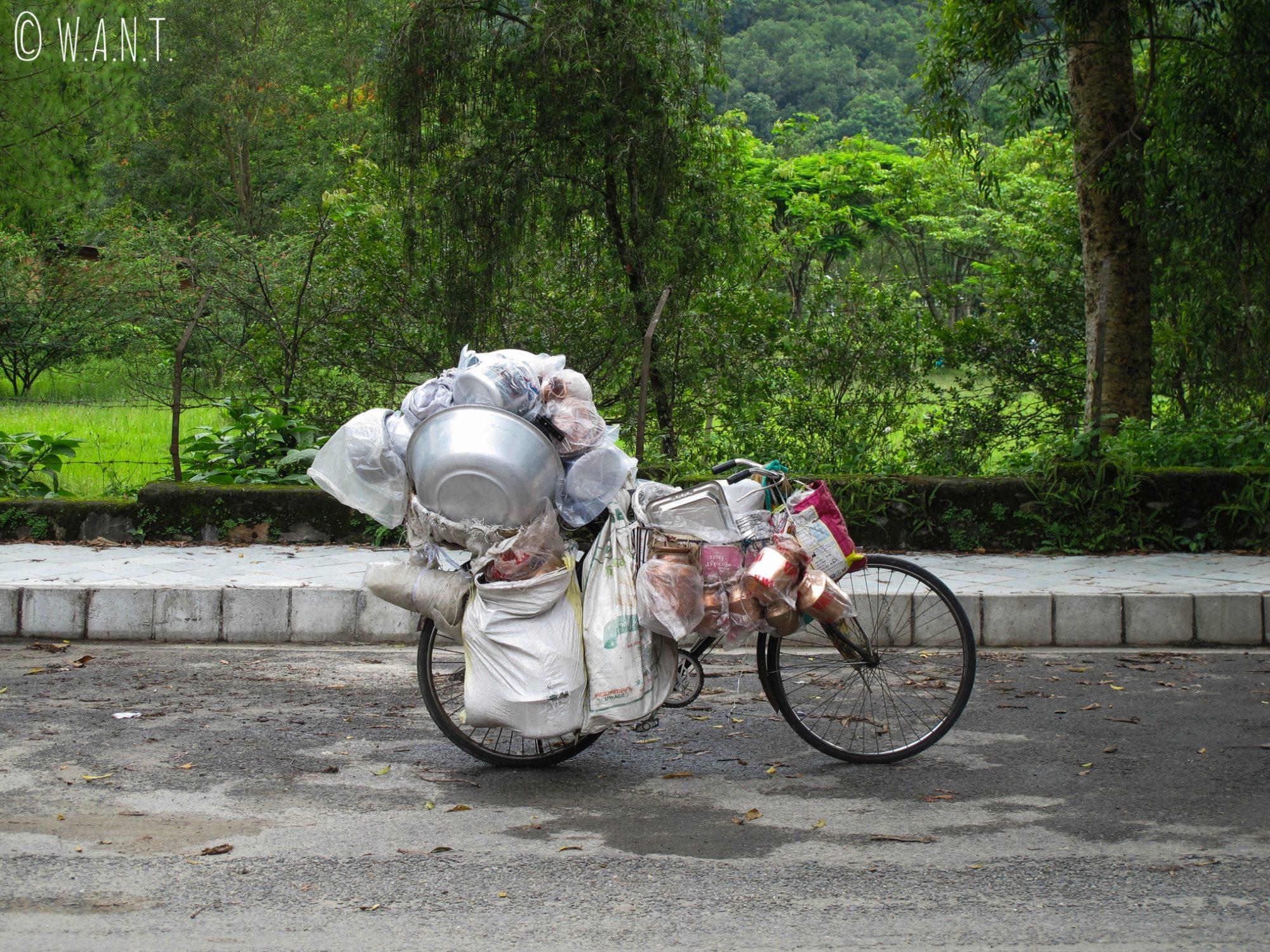 Les marchands ambulants sur déplacent à vélo dans les rues de Pokhara