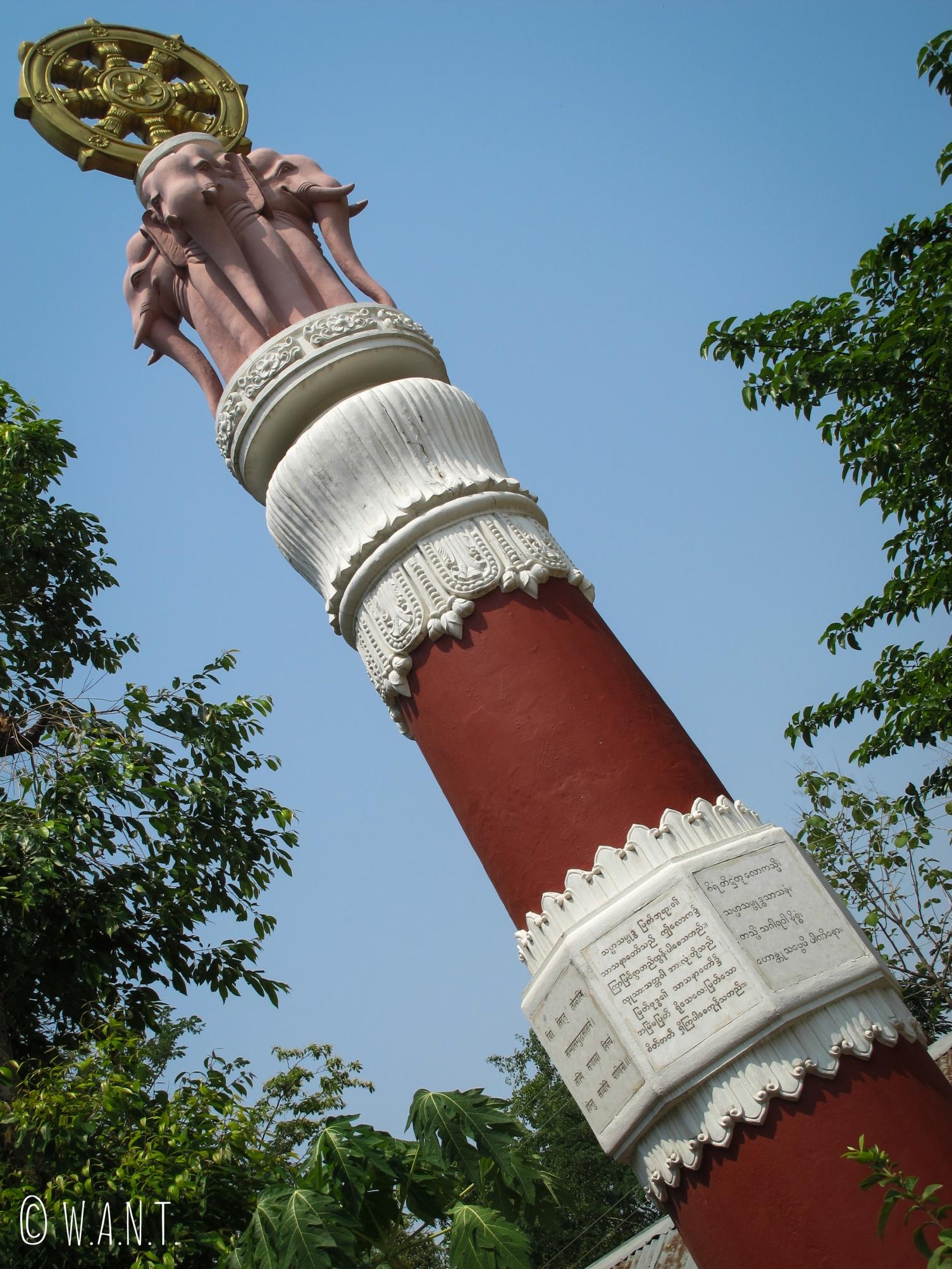 L'un des quatre piliers entourant le stupa du Myanmar, à l'effigie de l'éléphant