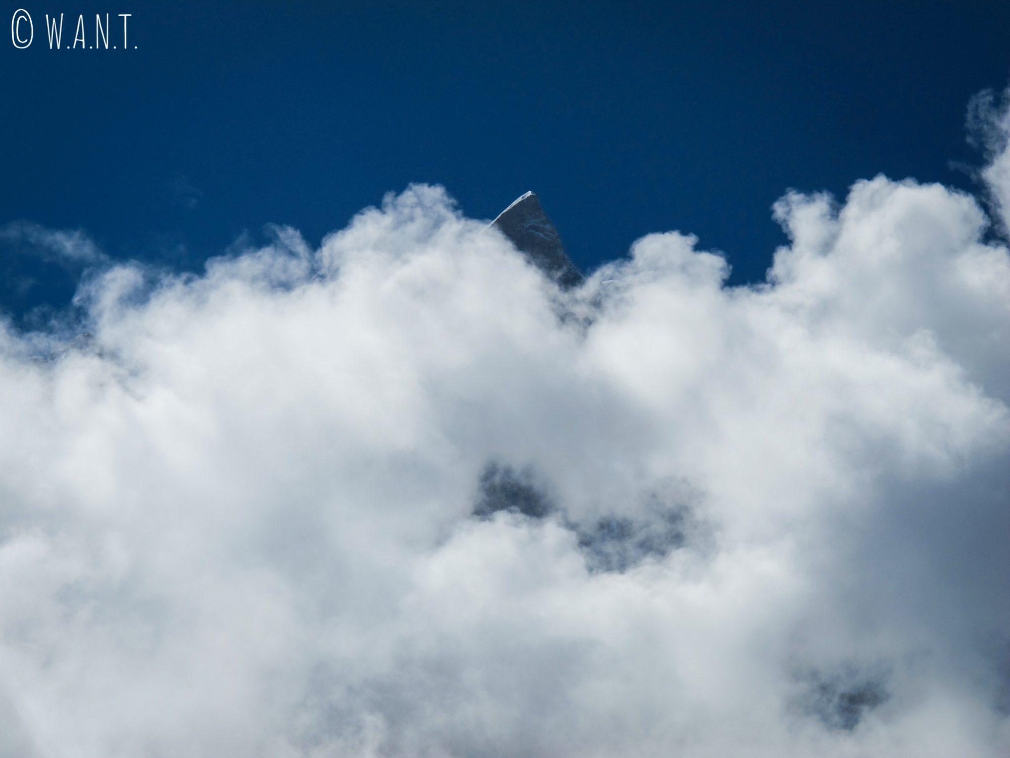 On distingue difficilement le Machhapuchhre au milieu de tous ces nuages