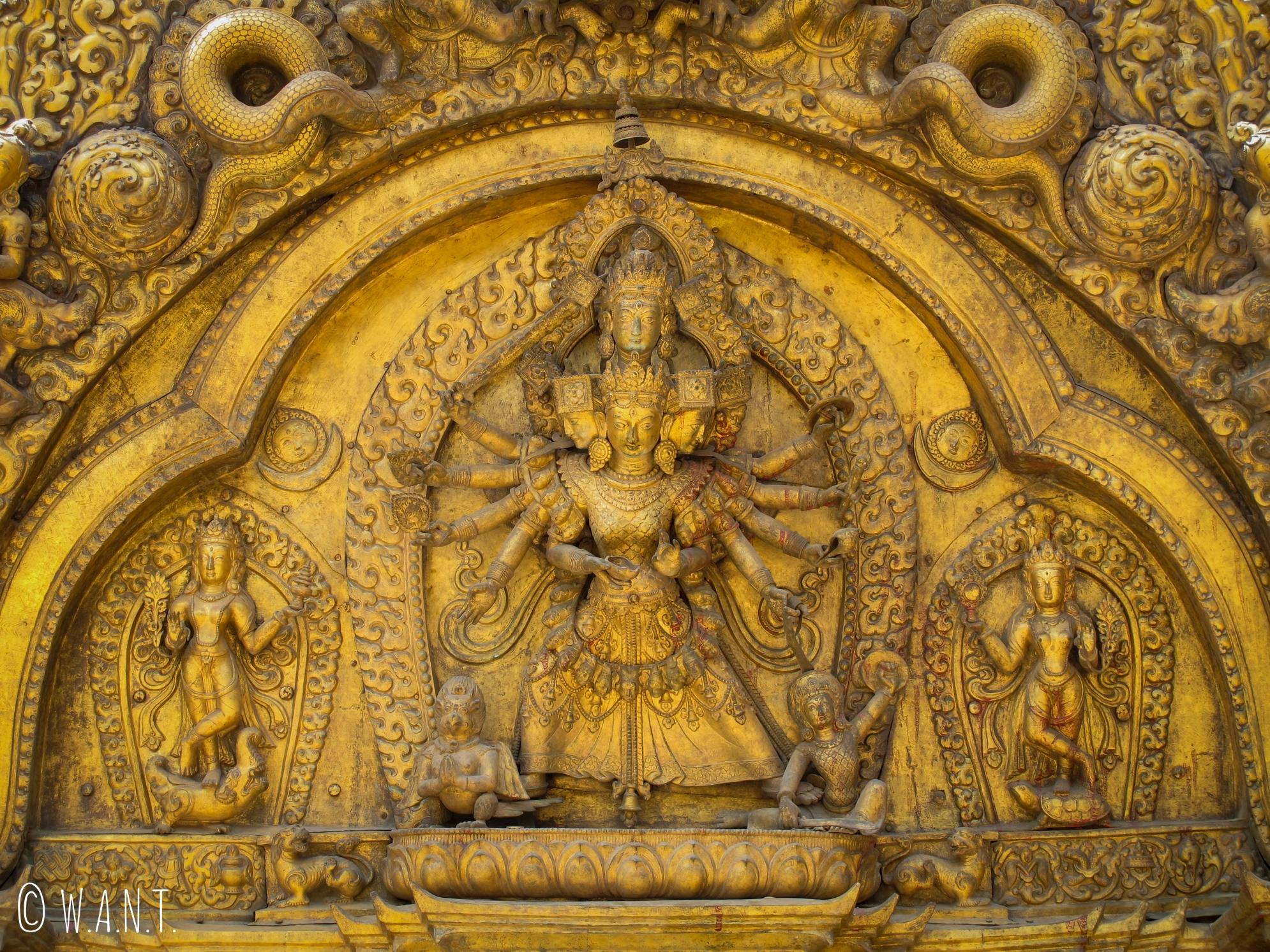Ornement en or de la porte d'entrée du palais royal de Bhaktapur