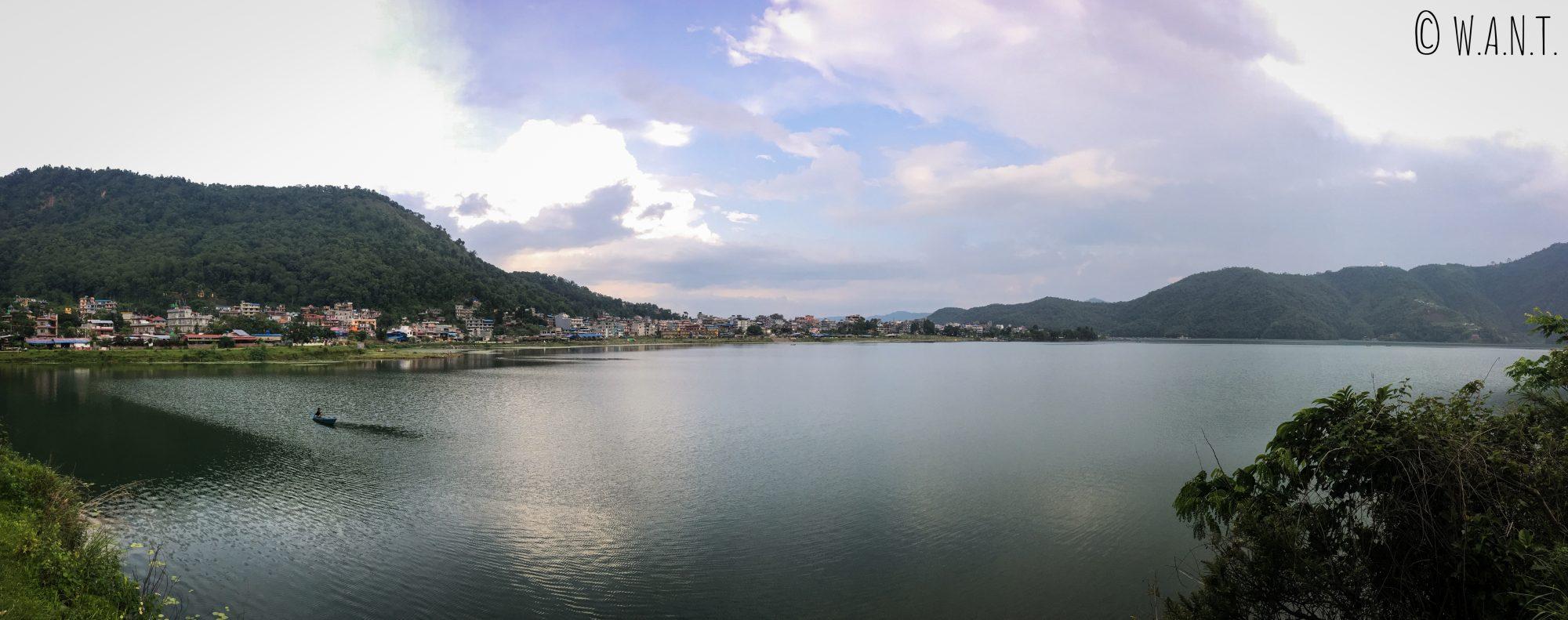 Panorama offrant une vue sur les bords du lac Fewa de Pokhara