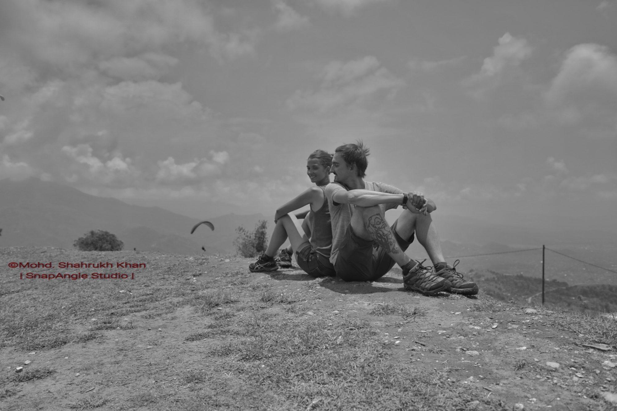 Photo dos à dos en noir et blanc, devant la vallée de Pokhara