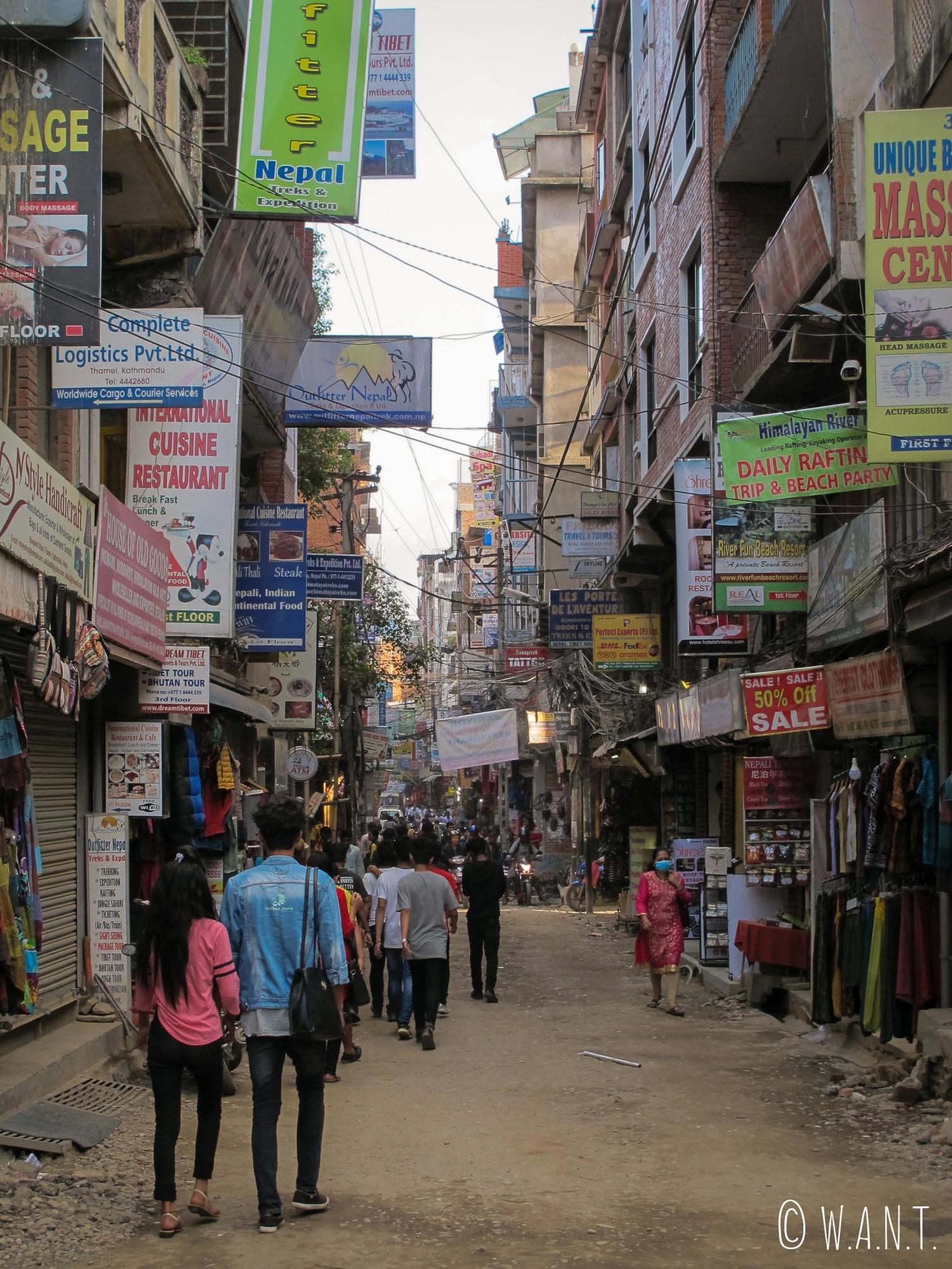Rue animée du quartier de Thamel à Katmandou