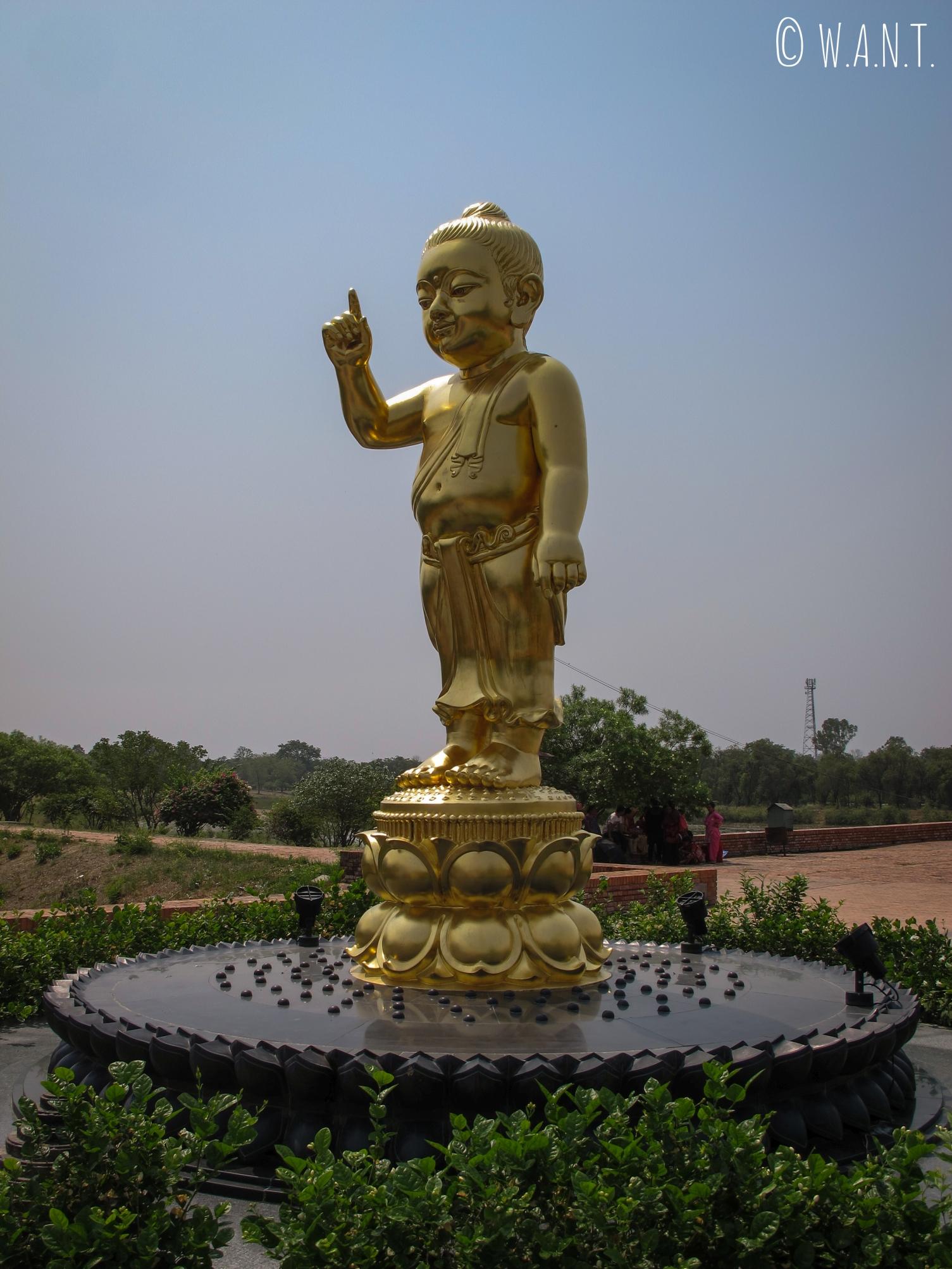 Statue dorée de Bouddha enfant dans les jardins de Lumbini