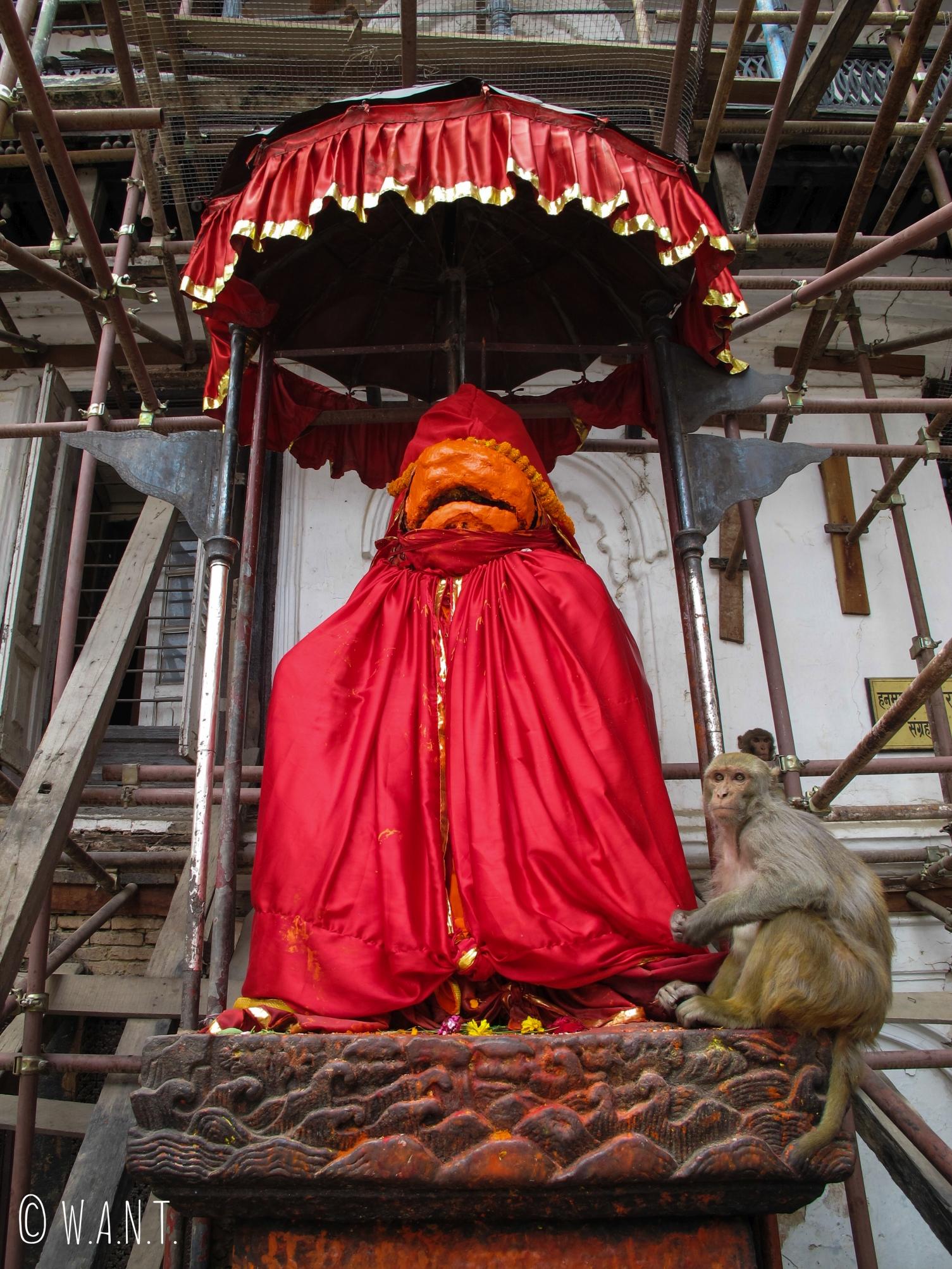 Statue du dieu singe Hanuman à l'entrée du palais Hanuman Dhoka à Katmandou