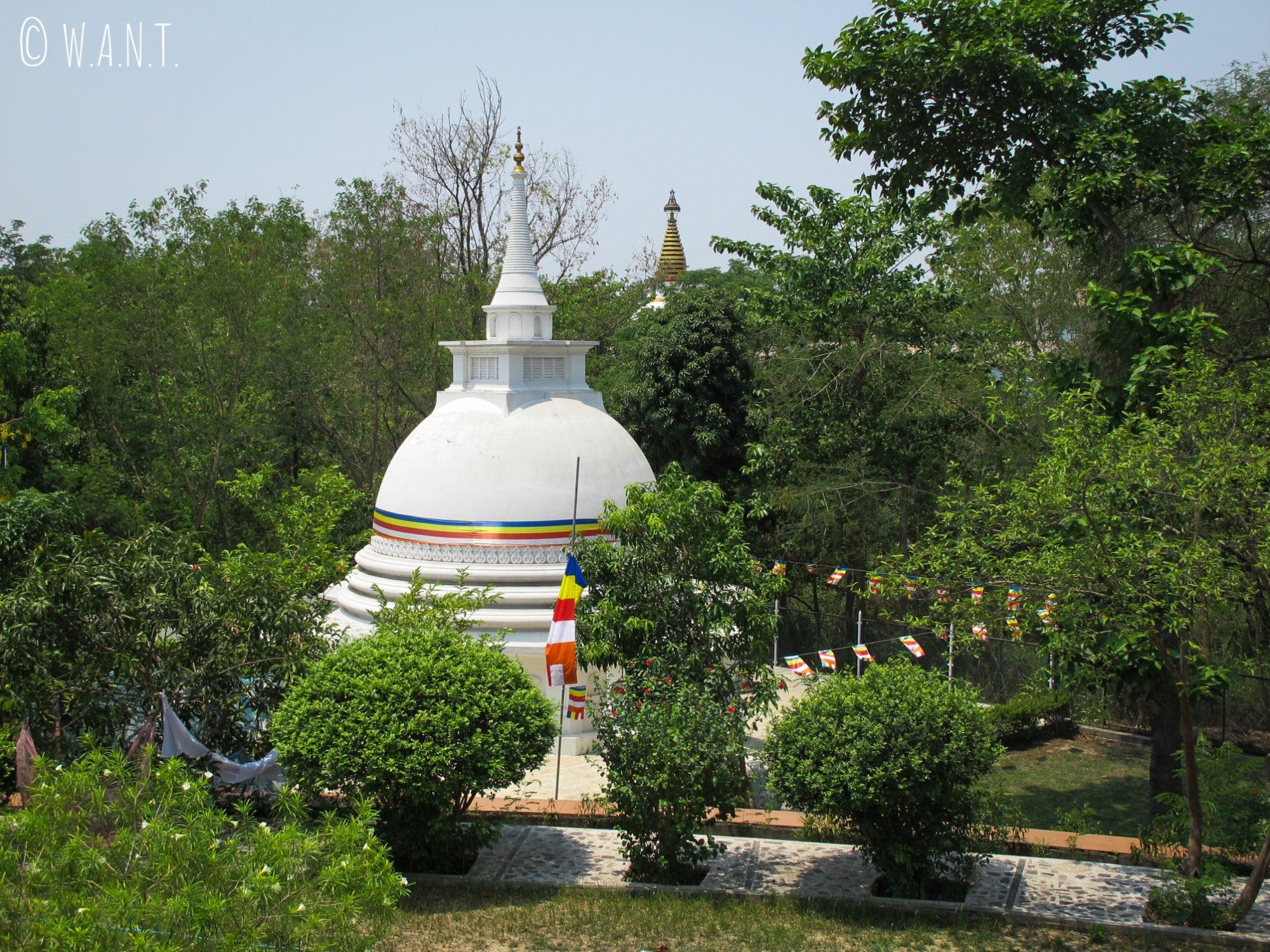 Stupa blanc au monastère du Sri Lanka de Lumbini