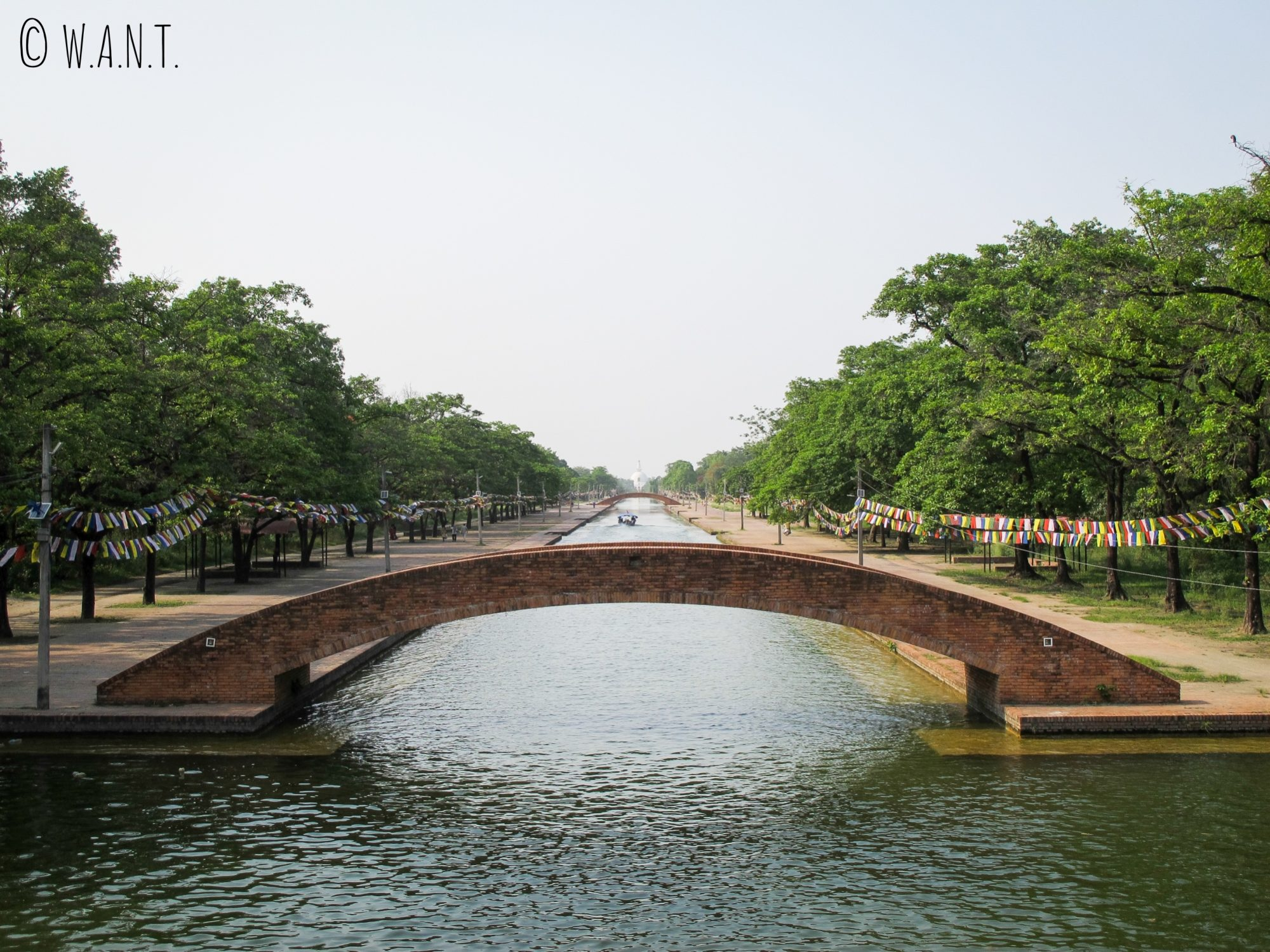 Un canal sépare les deux côtés des jardins de Lumbini