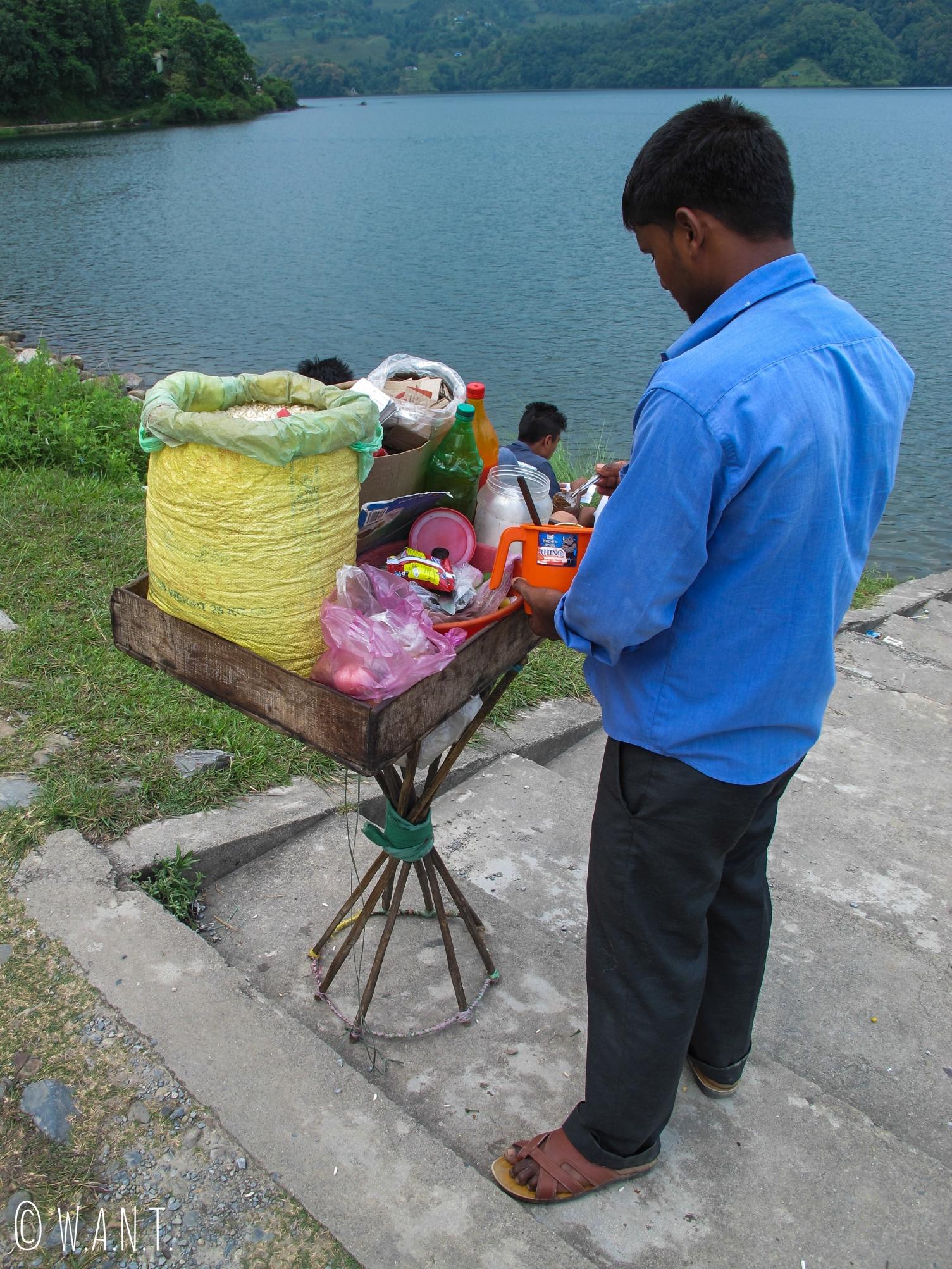 Vendeur ambulant en pleine préparation de snacks népalais à base de riz soufflé