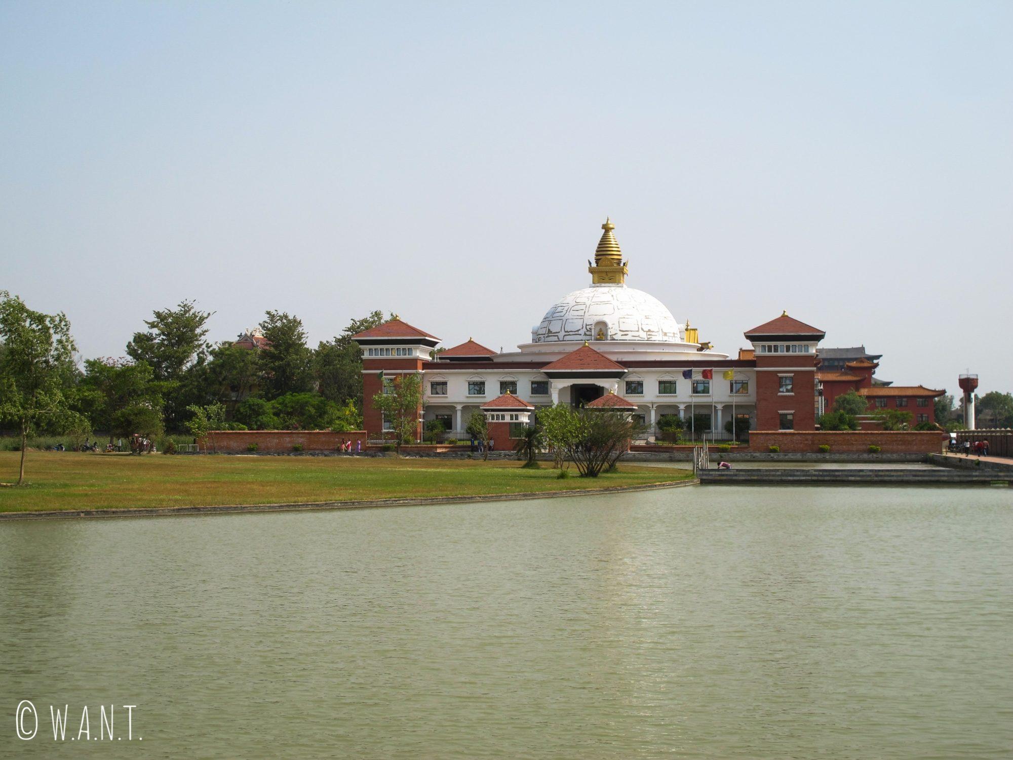 Vue sur le World Center for Peace and Unity dans les jardins de Lumbini