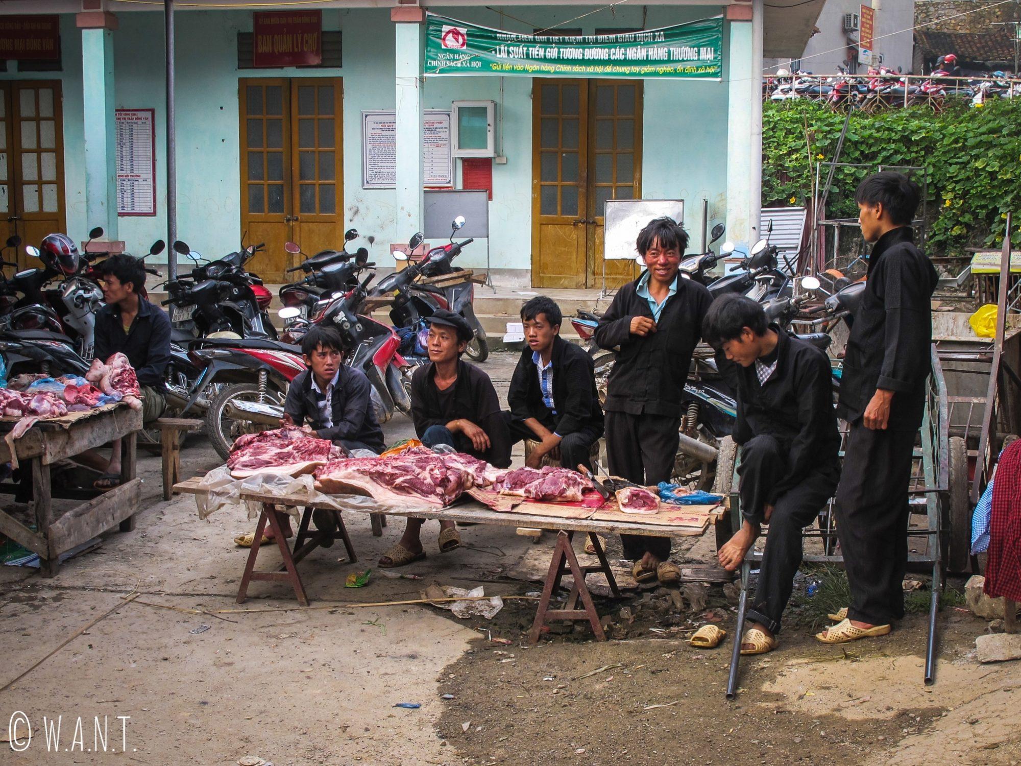 Étal de boucherie sur le bord de la route à Dong Van