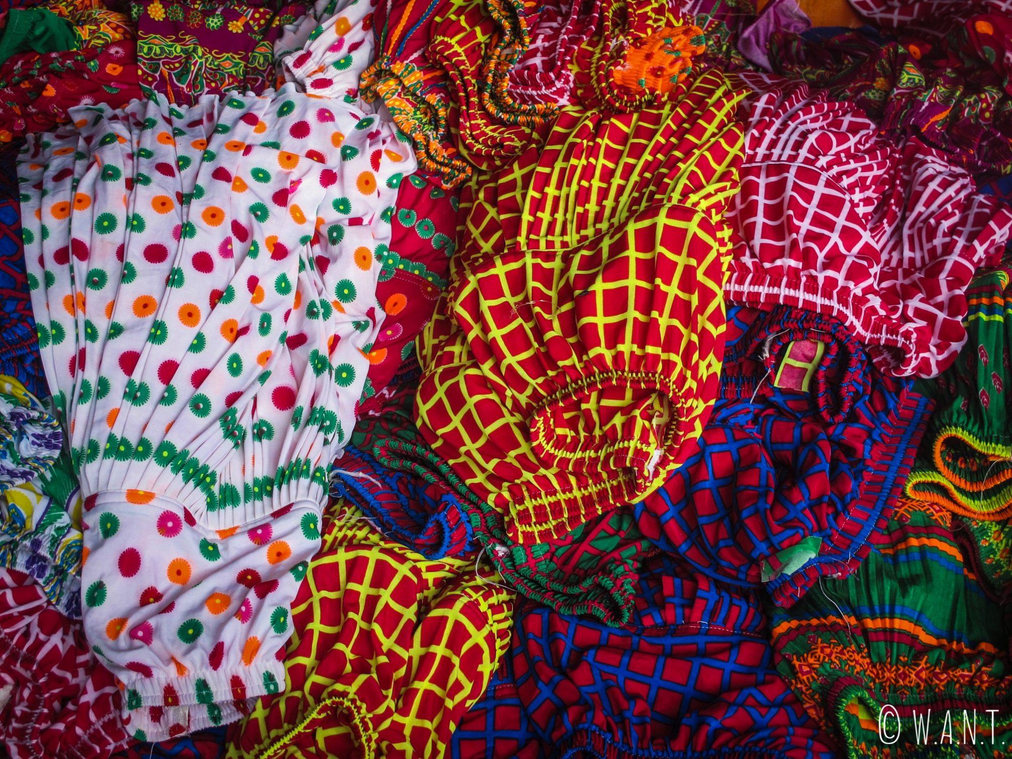 Étal de tissus sur le marché de Dong Van
