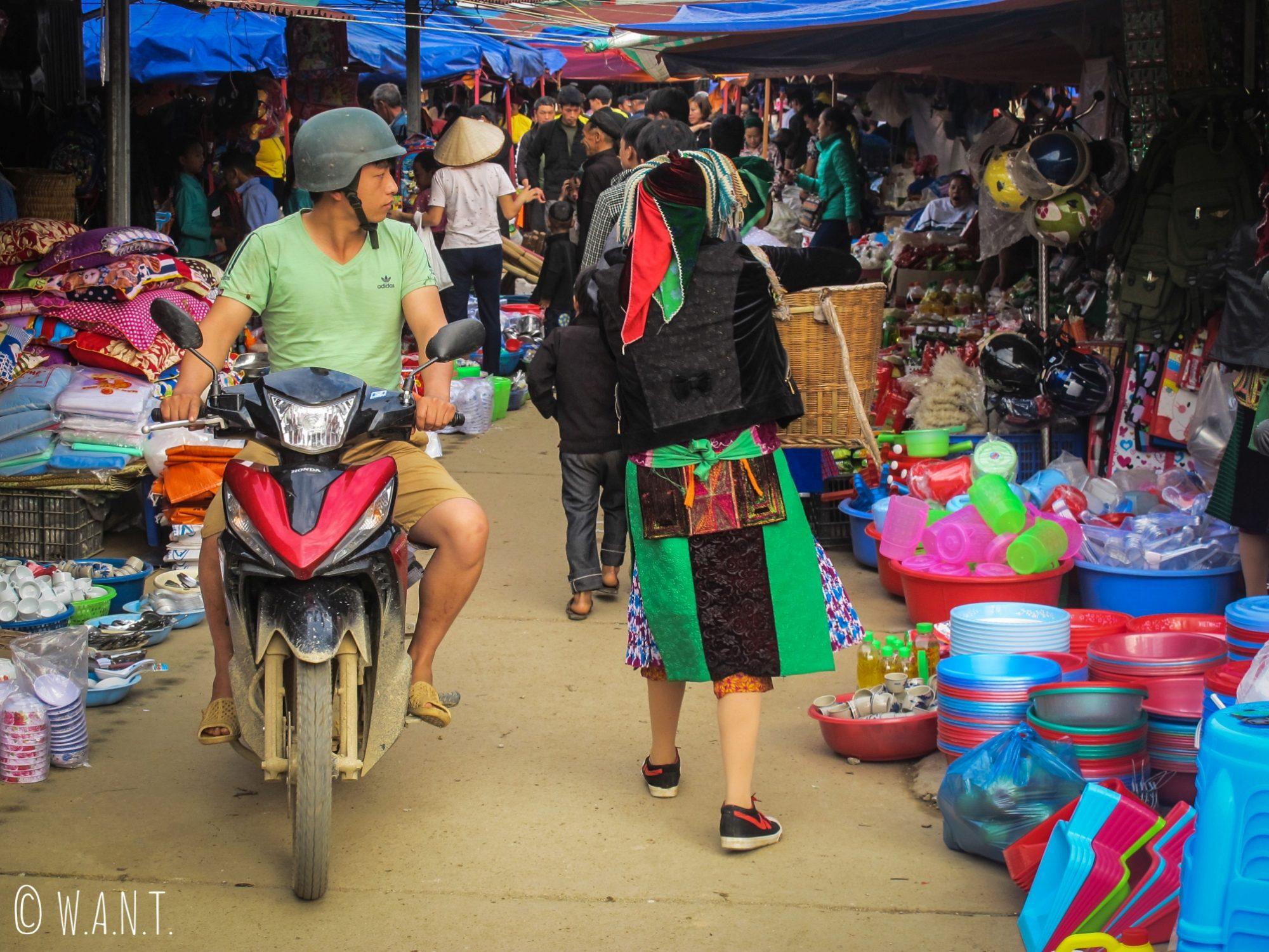 Allée bondée du marché de Dong Van
