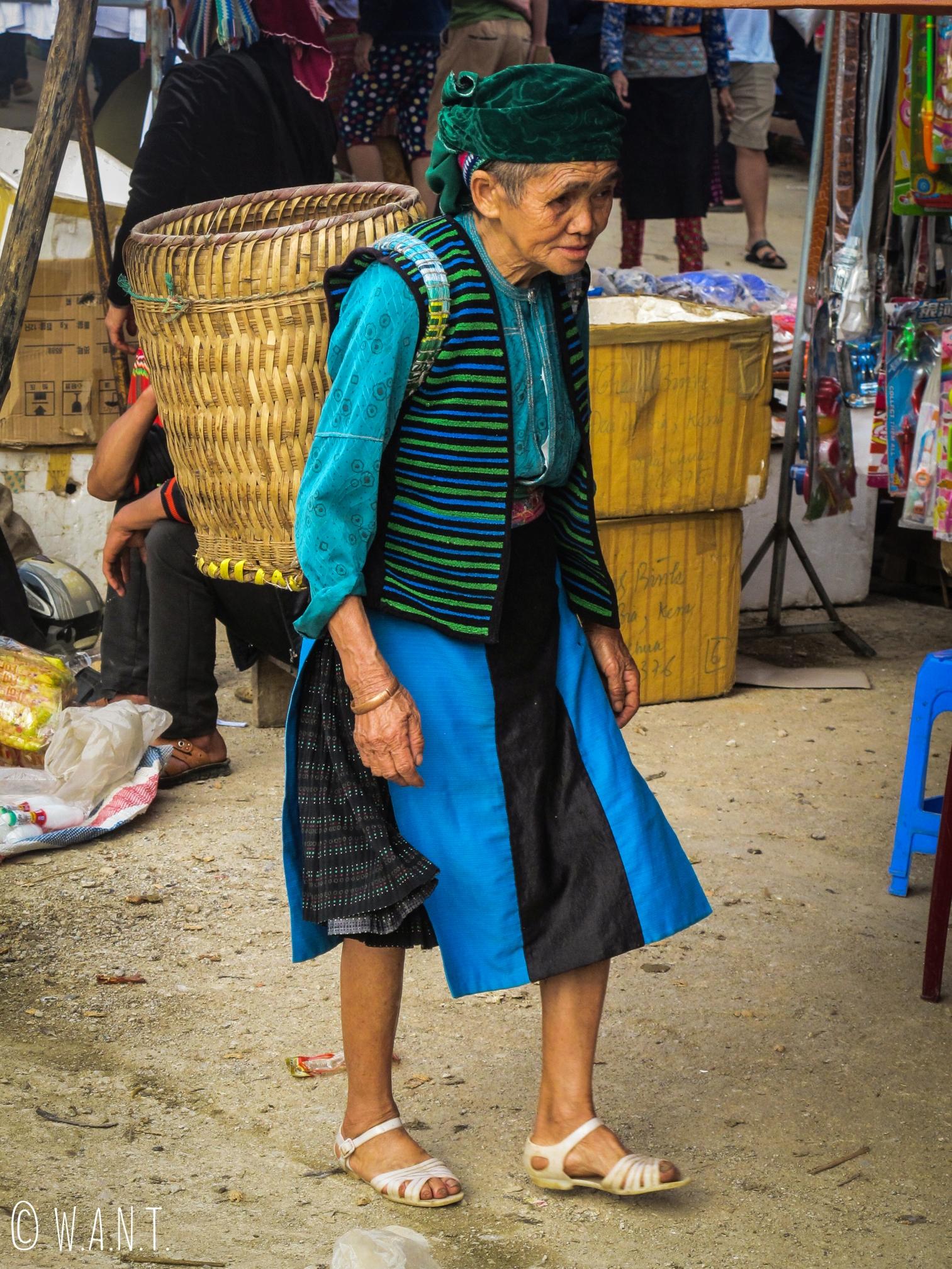 Femme venue faire le marché à Dong Van