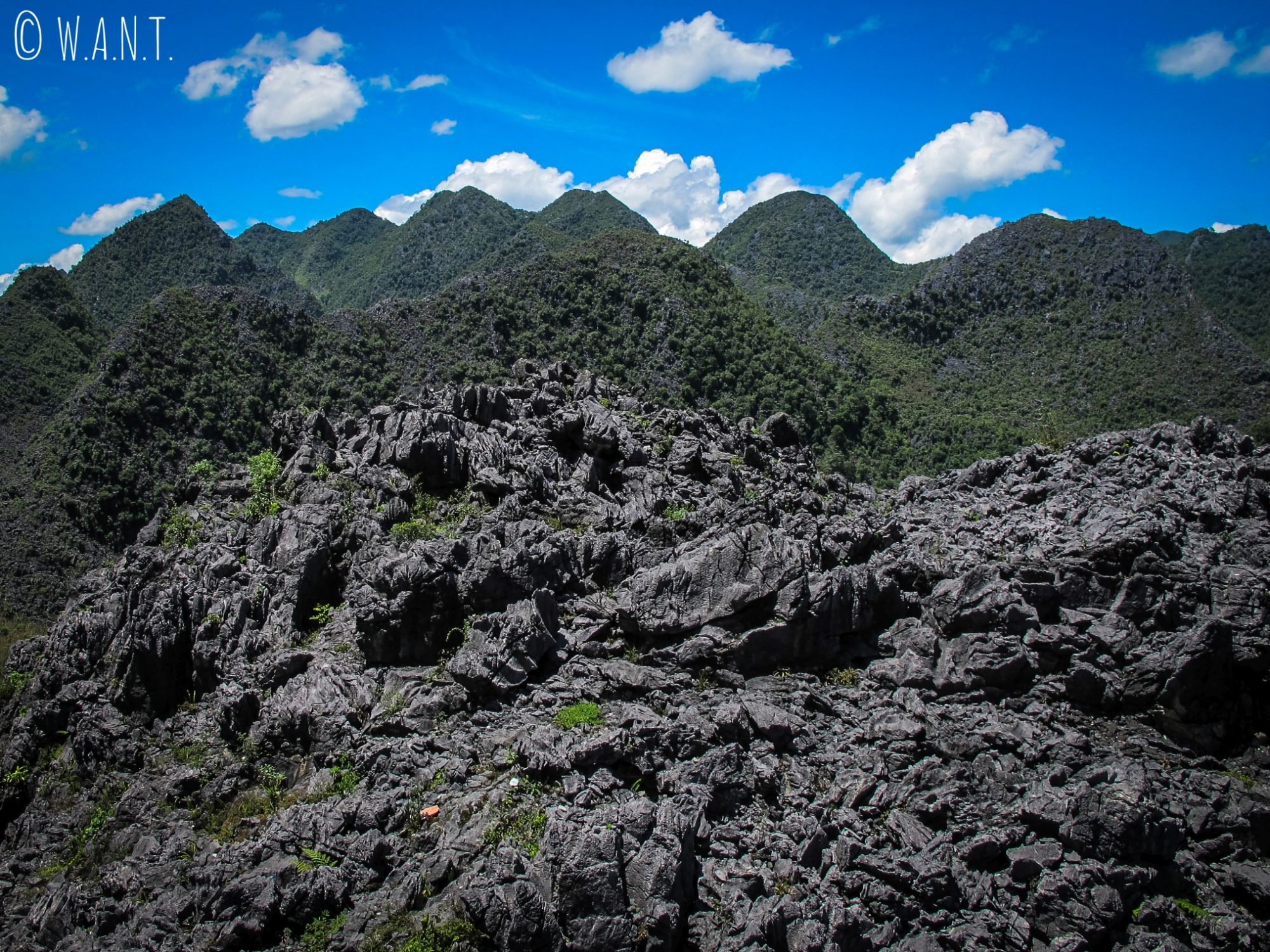 Paysage de roche noire saillante entre Dong Van et Sa Phin