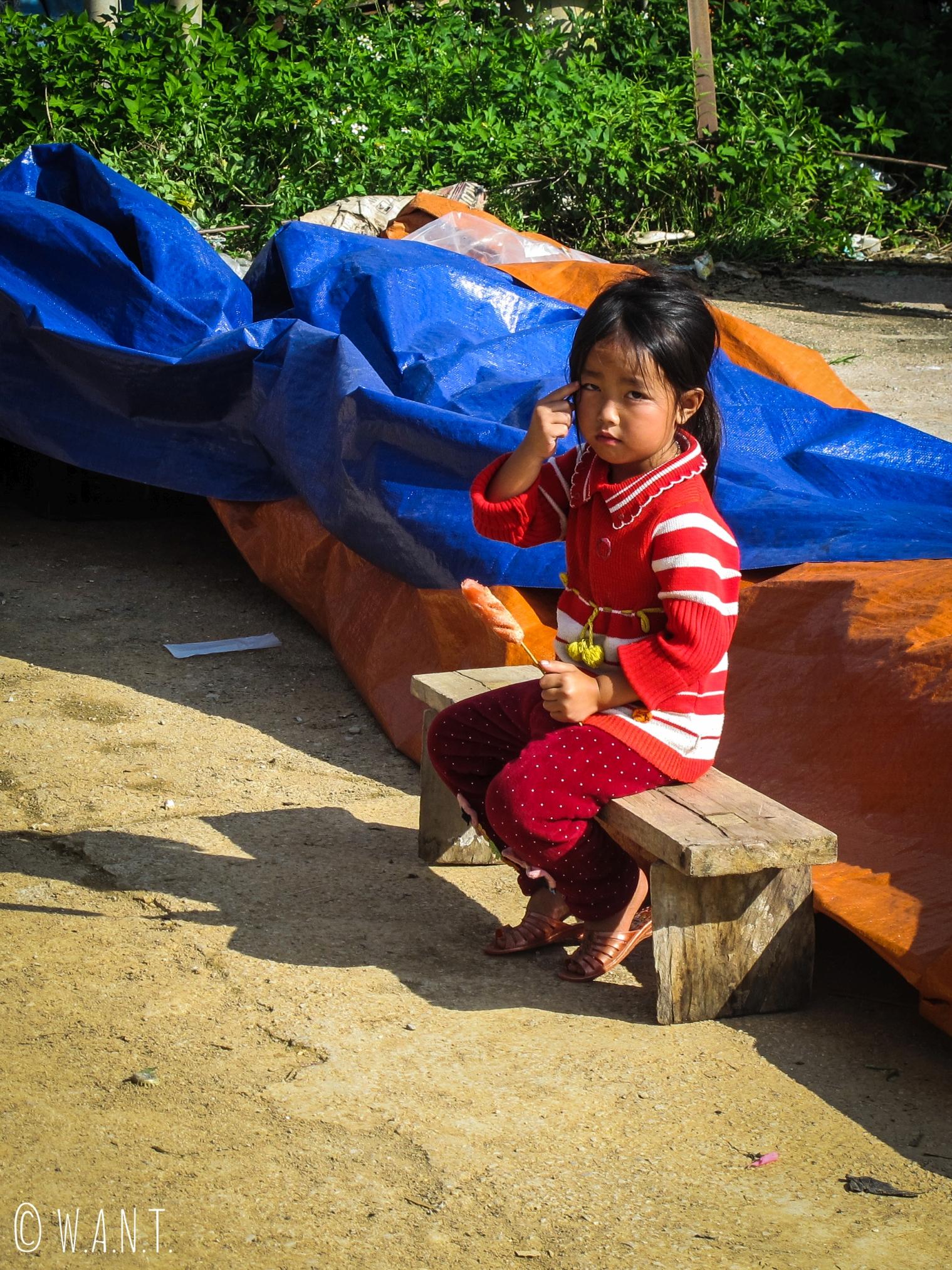 Petite fille sur le marché de Dong Van