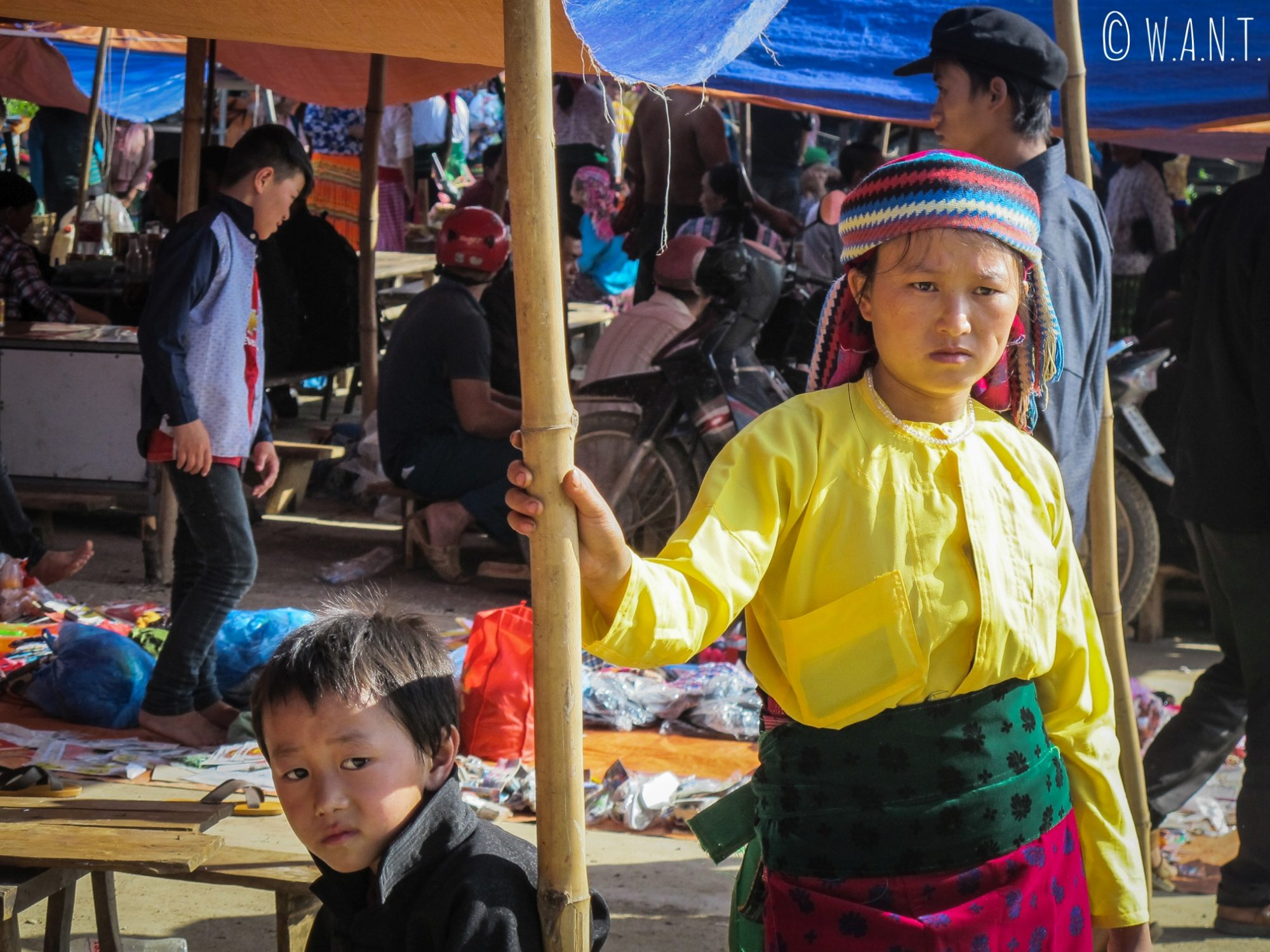 Portrait de deux enfants sur le marché de Dong Van