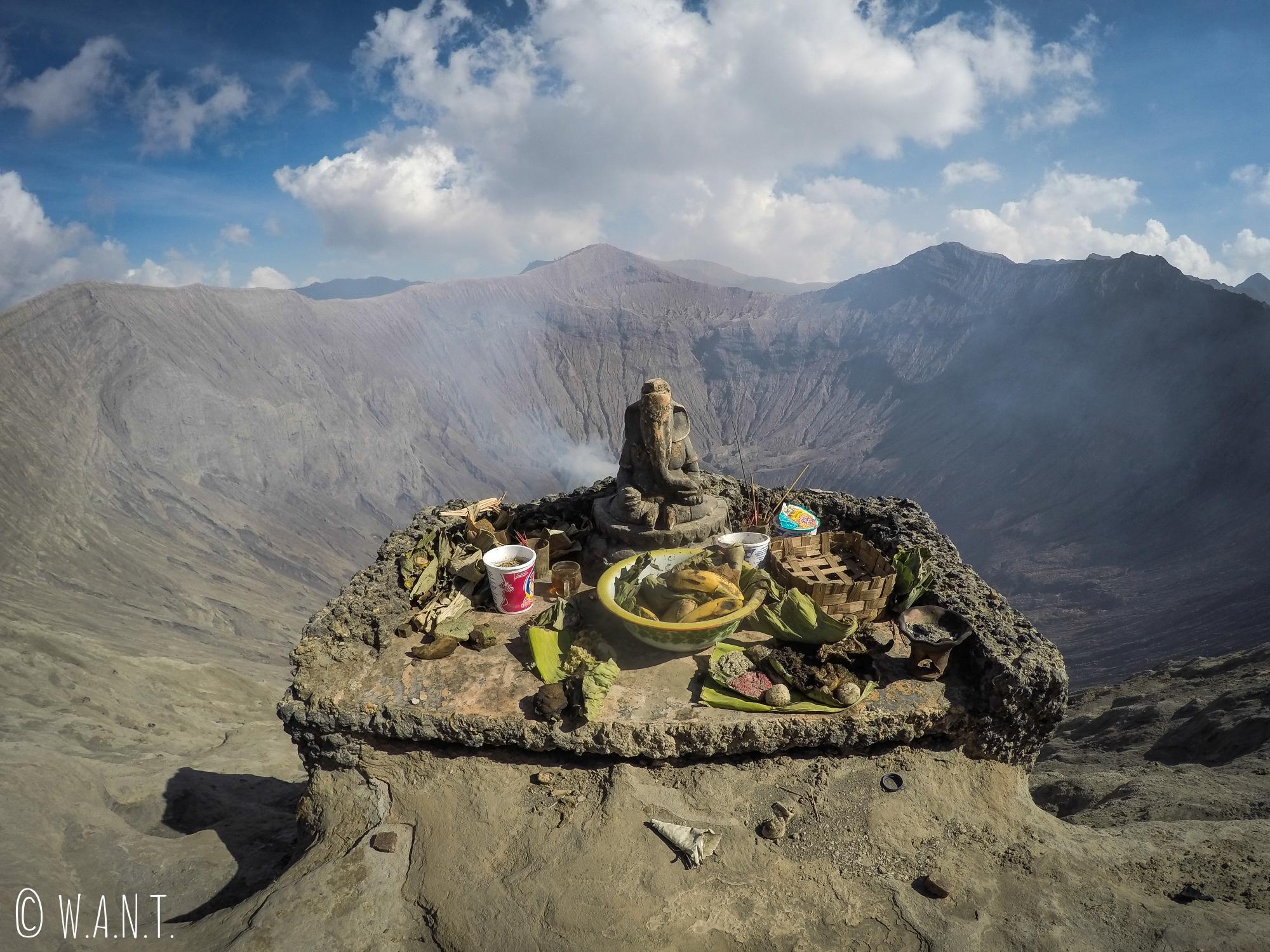 Autel hindouïste au bord du cratère du volcan Bromo