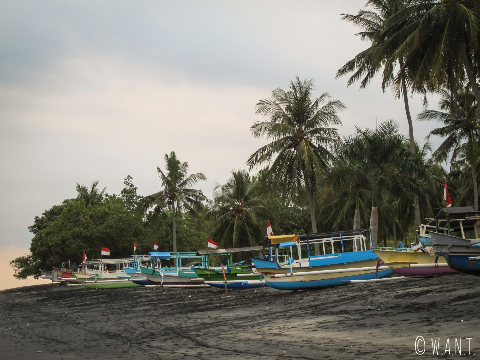 Bateaux de pêcheurs sur la plage de Mangsit à Lombok