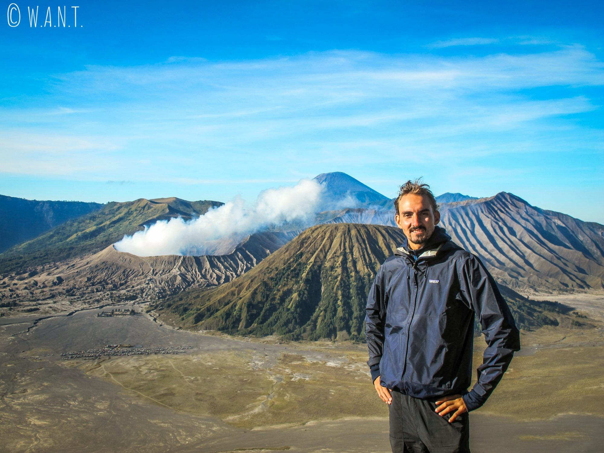 Benjamin, fier devant les volcans Bromo, Batok et Semeru