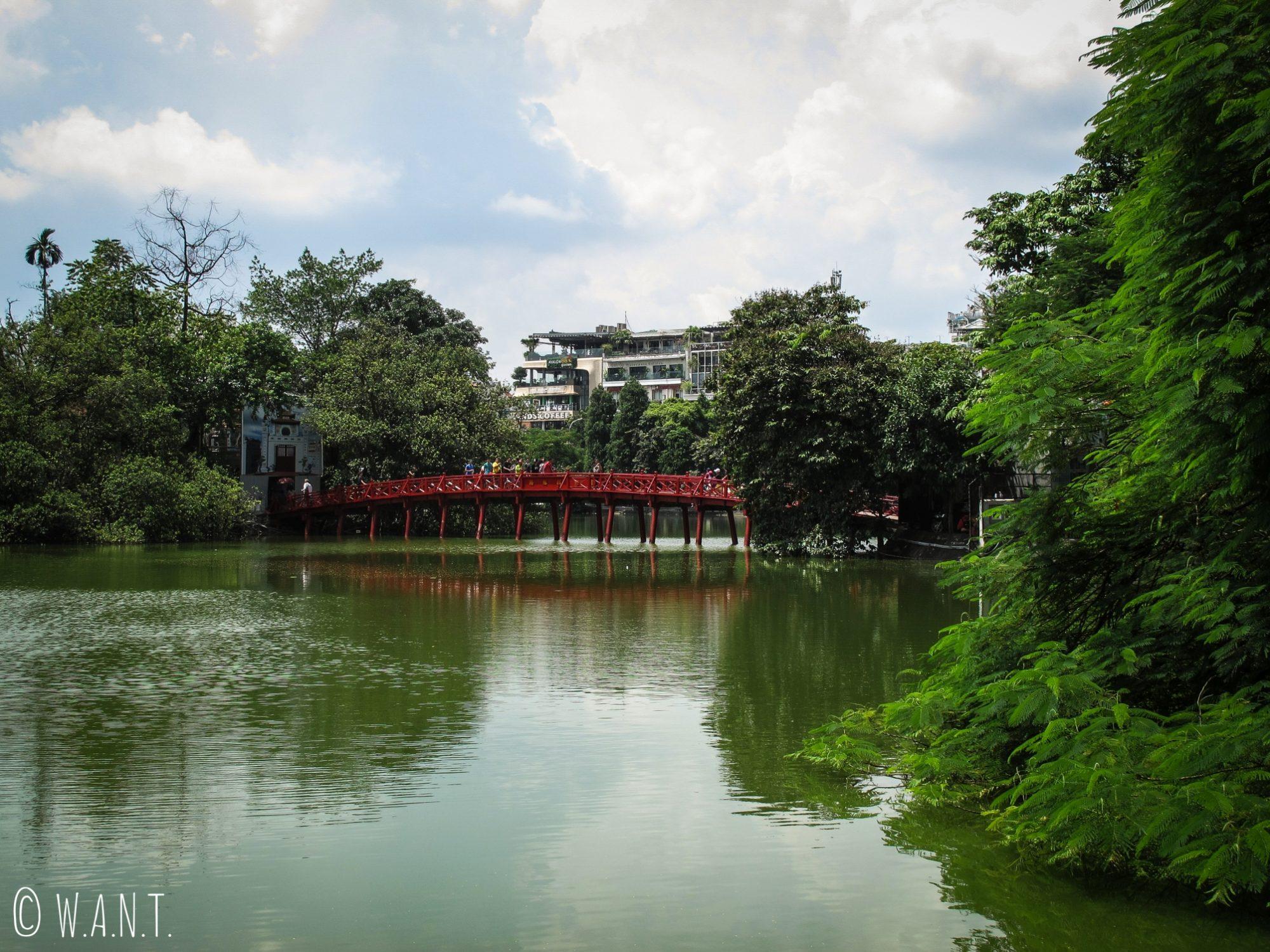 Ce pont rouge permet de rejoindre le temple Ngoc Son sur le lac de Hoan Kiem