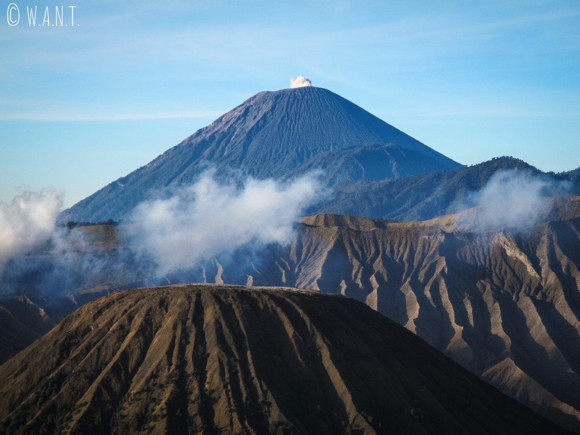 Gros plan sur les volcans Bromo, Batok et Semeru