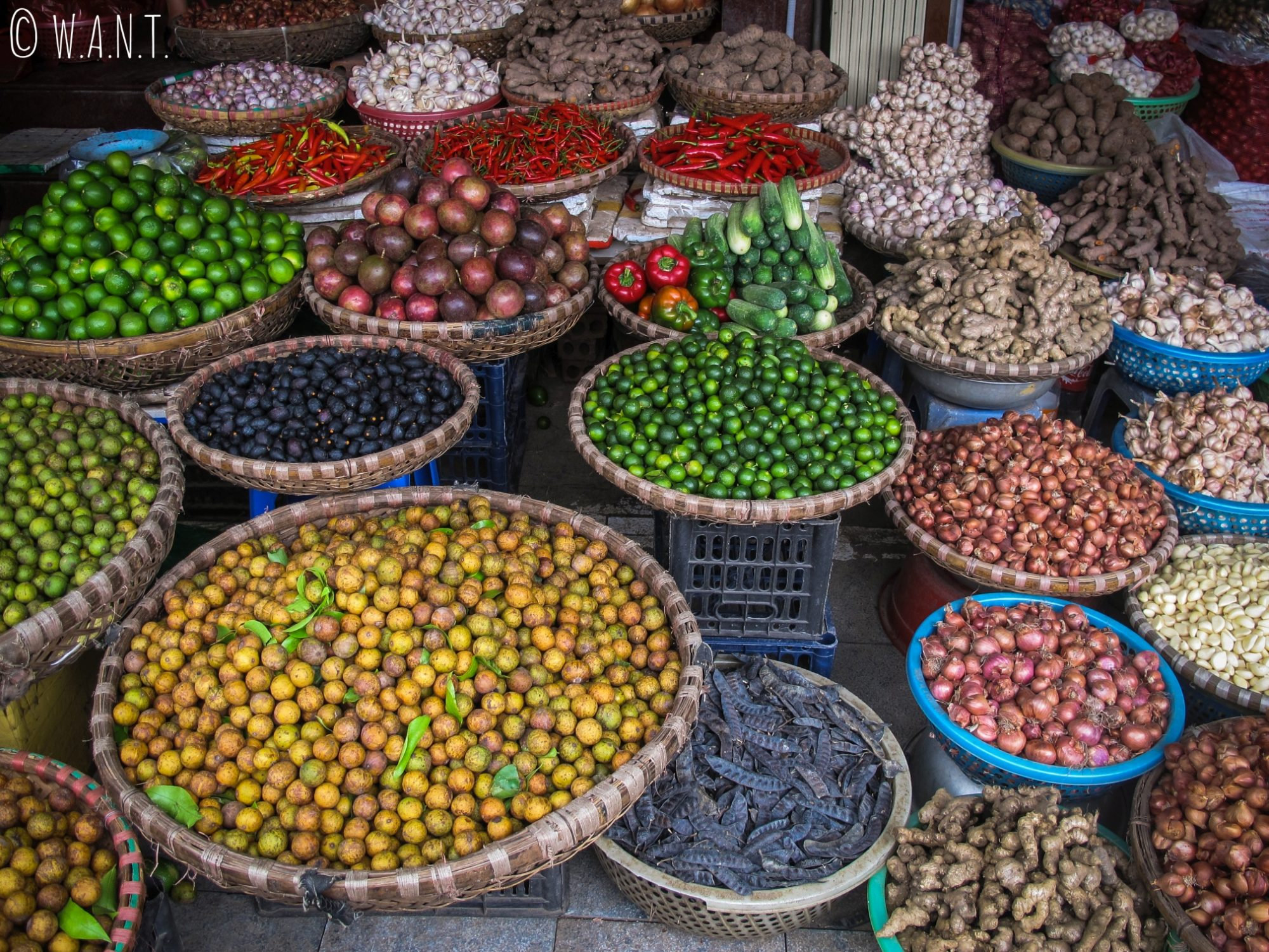 Gros plan sur un étal de fruits et légumes à Hanoï