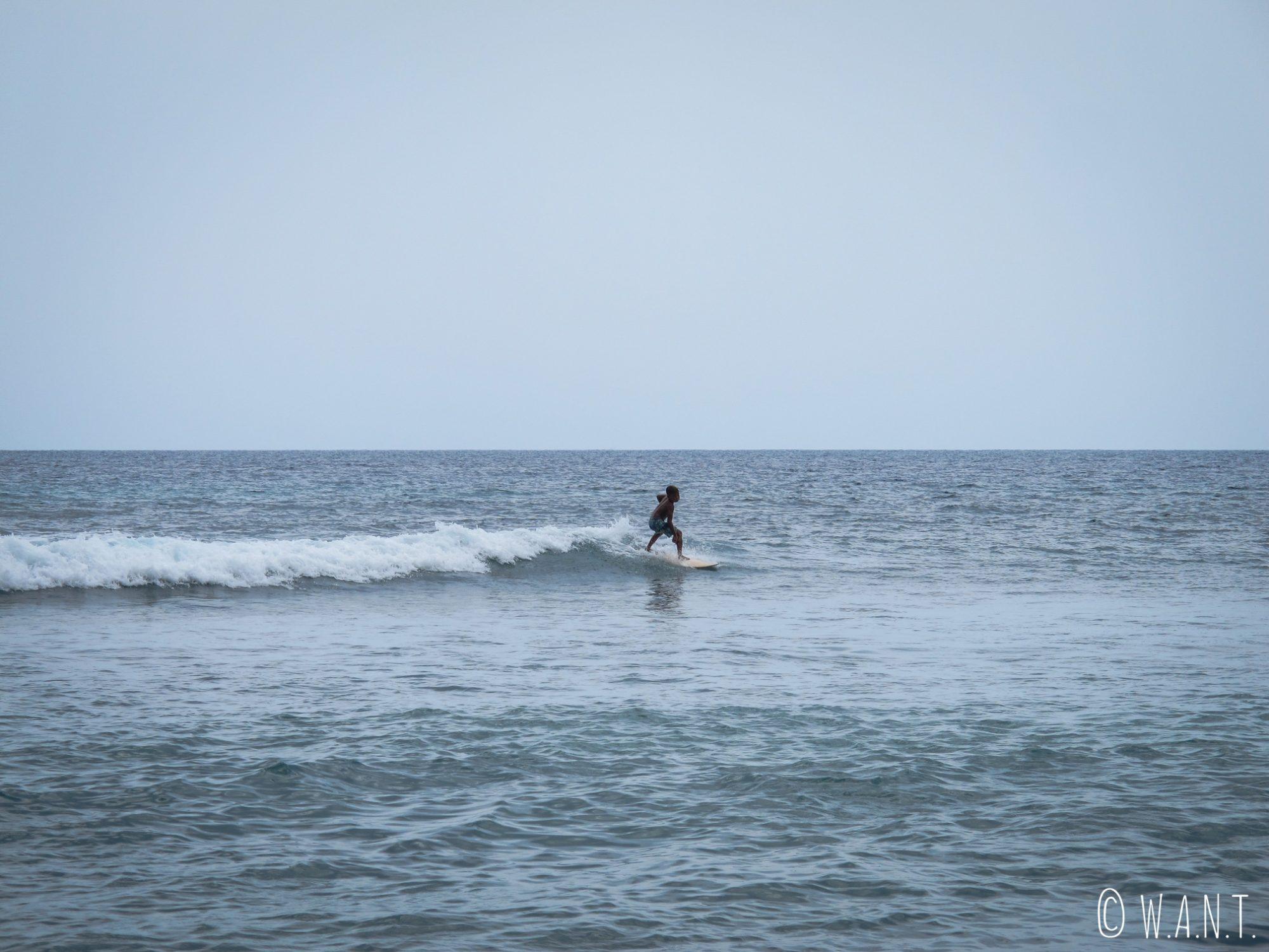 Jeune surfeur depuis la plage de Pandanan à Lombok