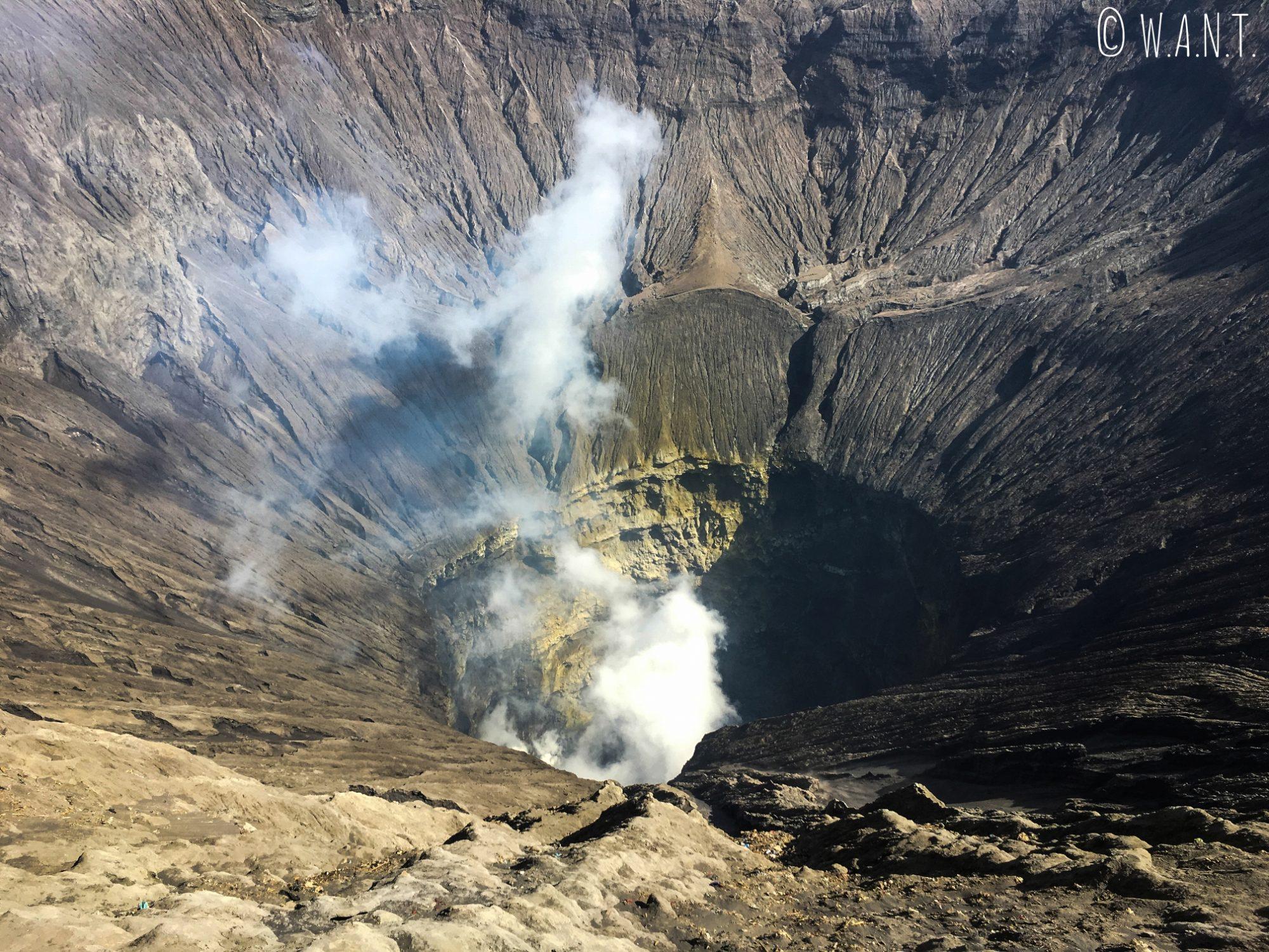 La fumée s'échappe du cratère du Bromo