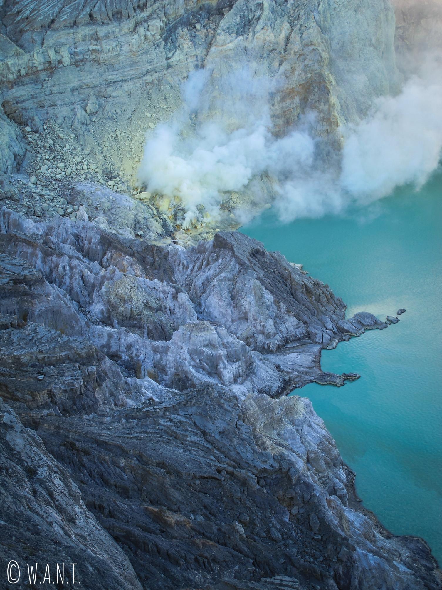 La solfatare du Kawah Ijen se situe au pied de son lac acide