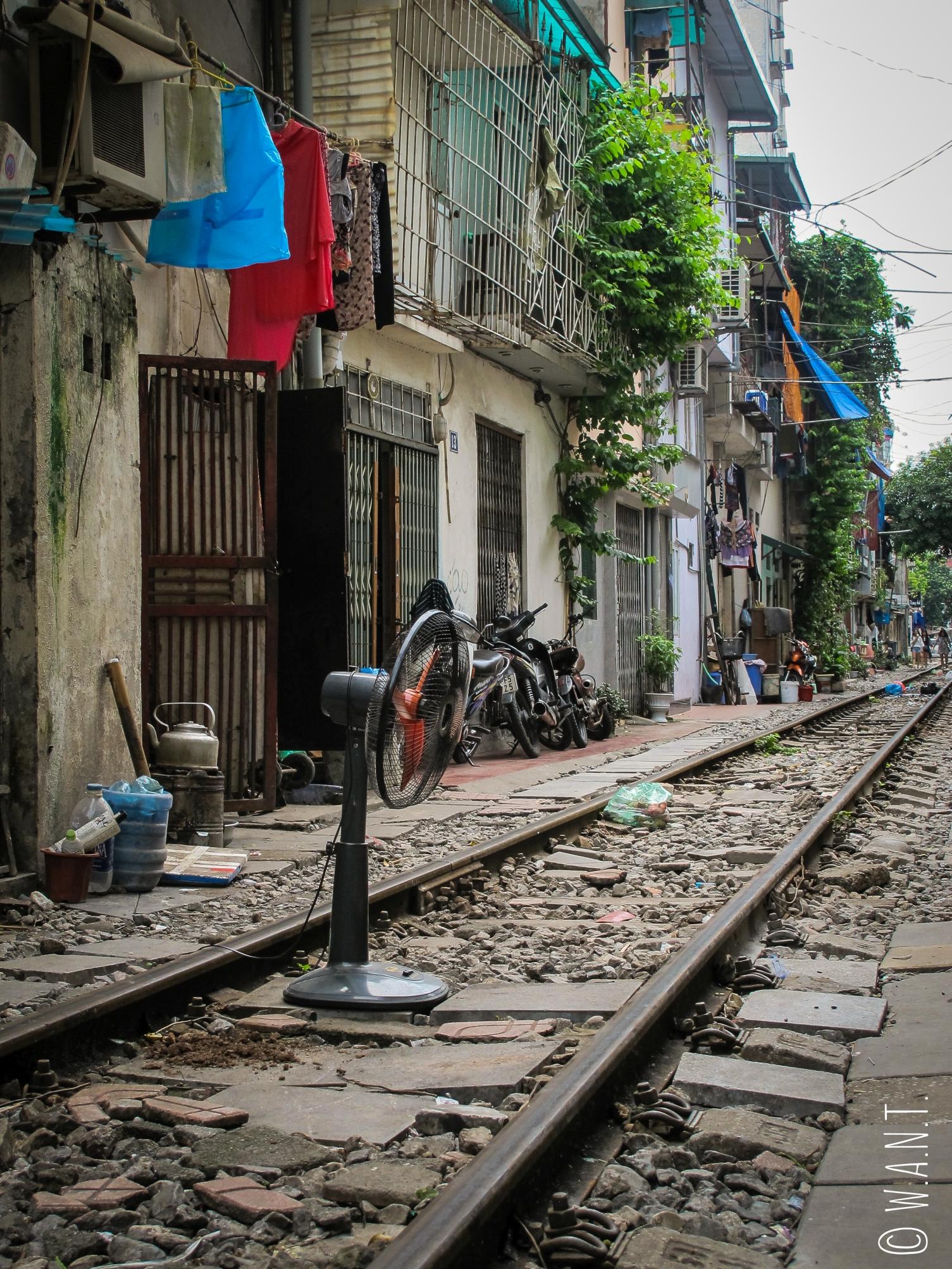 Les habitants vivent au rythme du passage du train dans cette rue de Hanoï