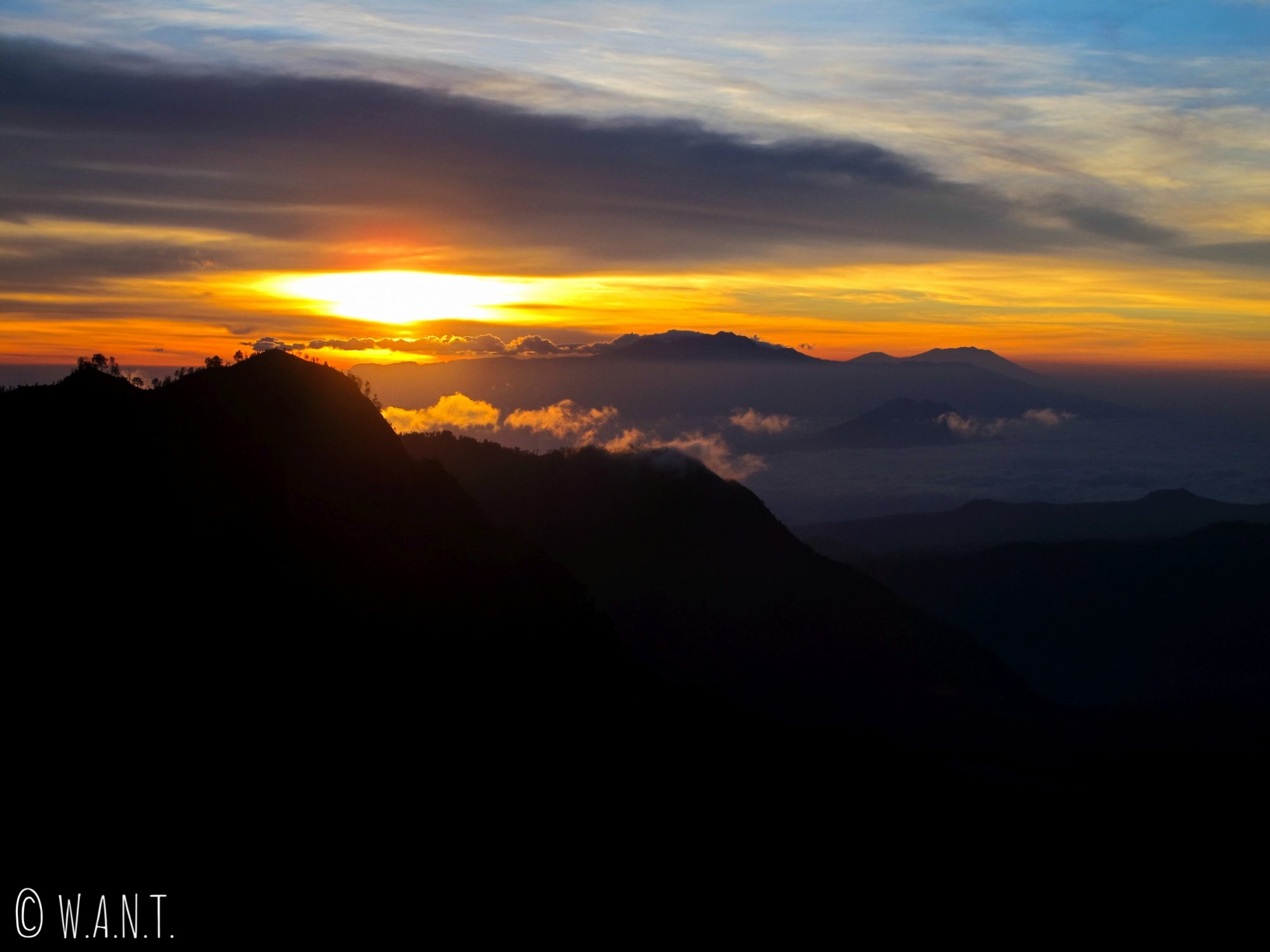 Lever de soleil depuis le point de vue King Kong Hill à Cemoro Lawang