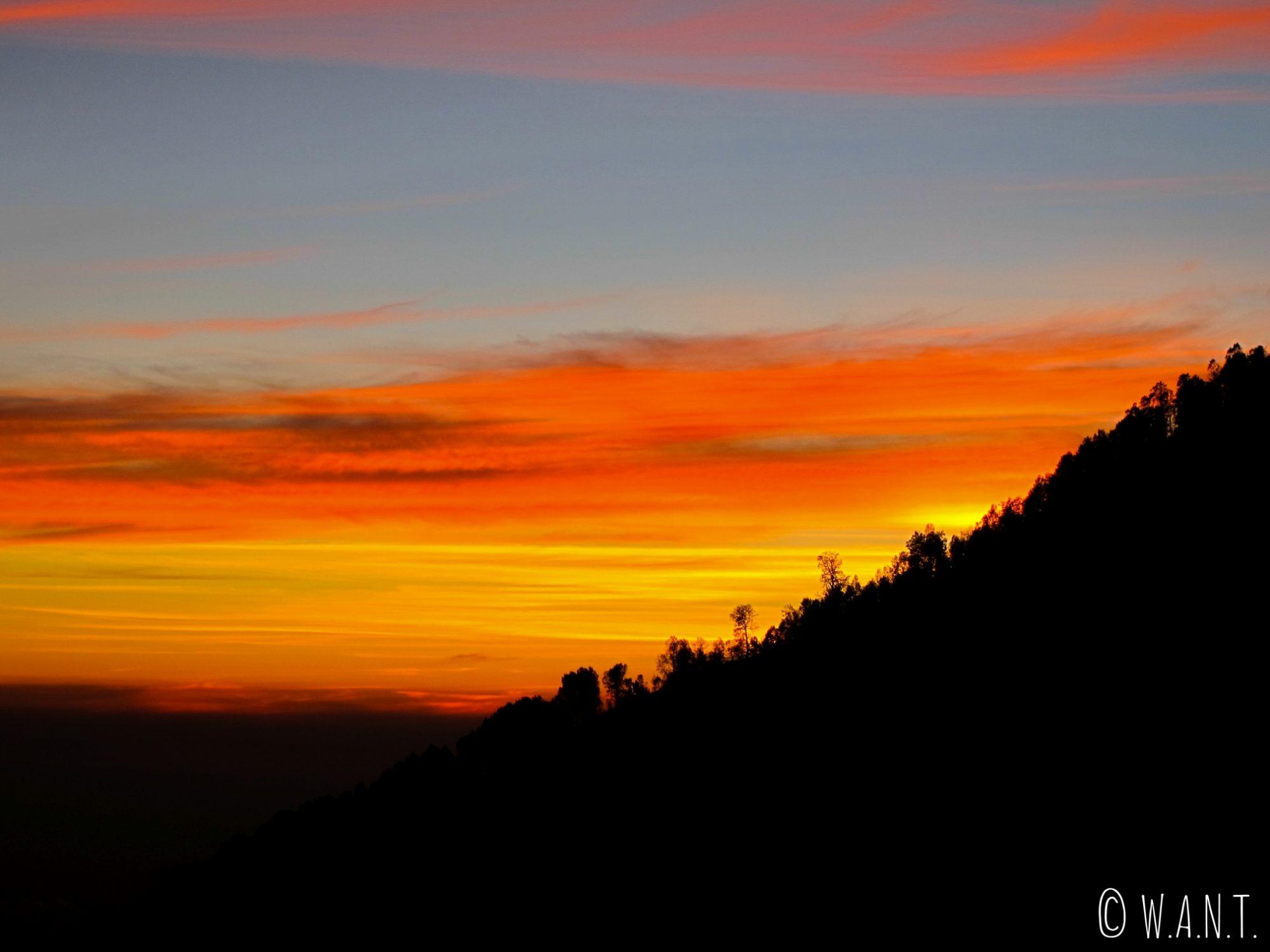 Magnifiques couleurs au lever du soleil depuis le sommet du cratère du Kawah Ijen