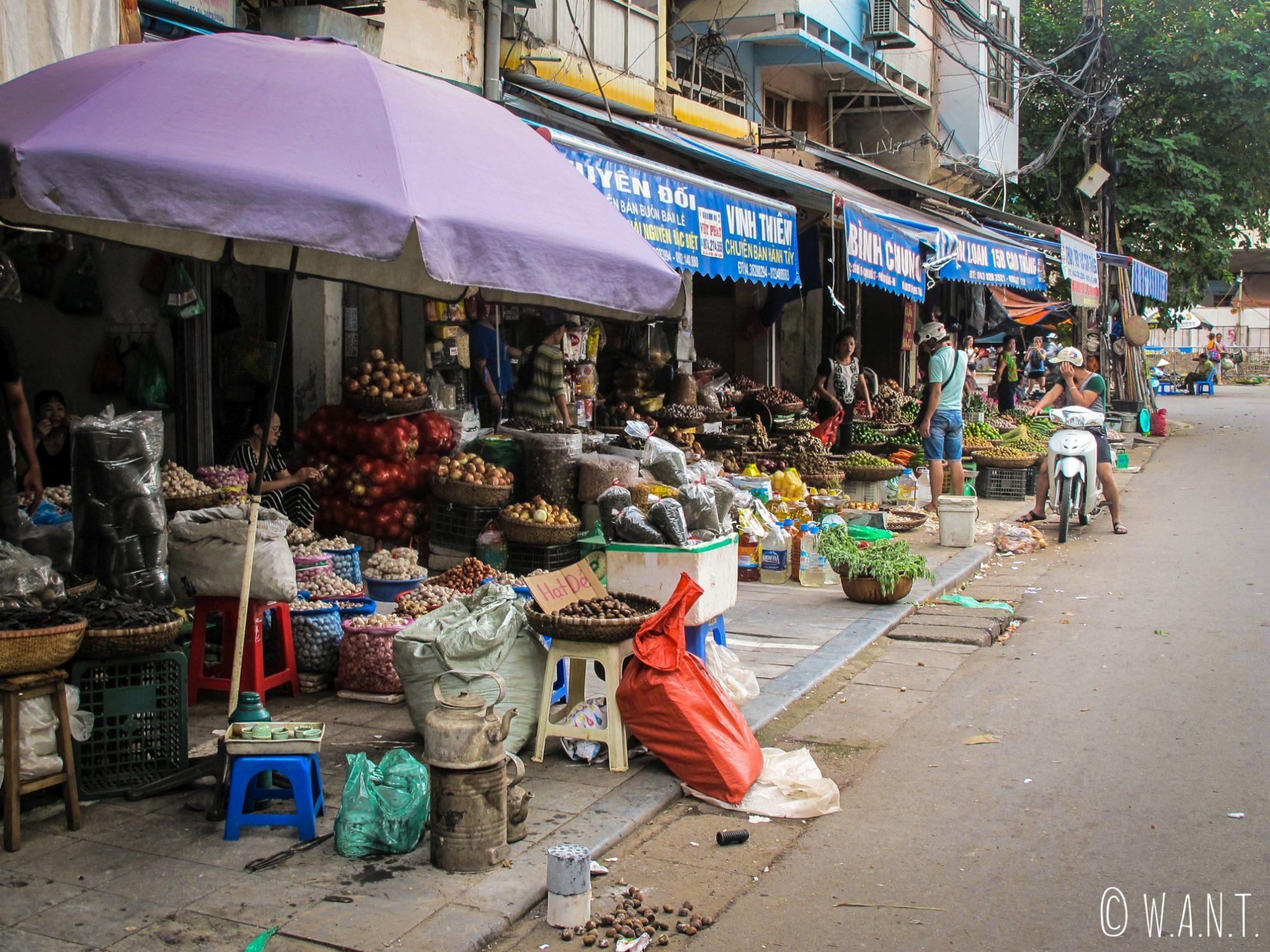 Marché dans les rues du centre ville de Hanoï