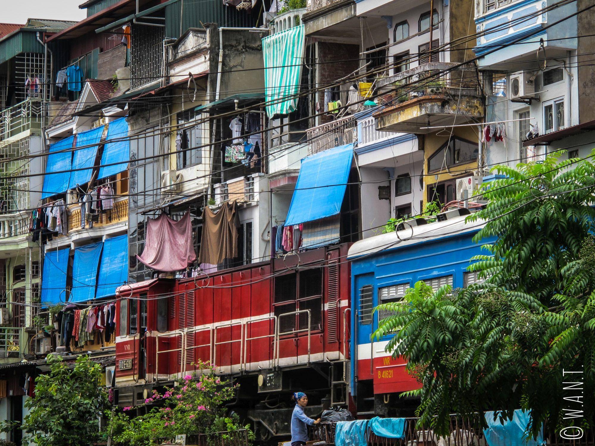 Passage du train auprès des habitations à Hanoï