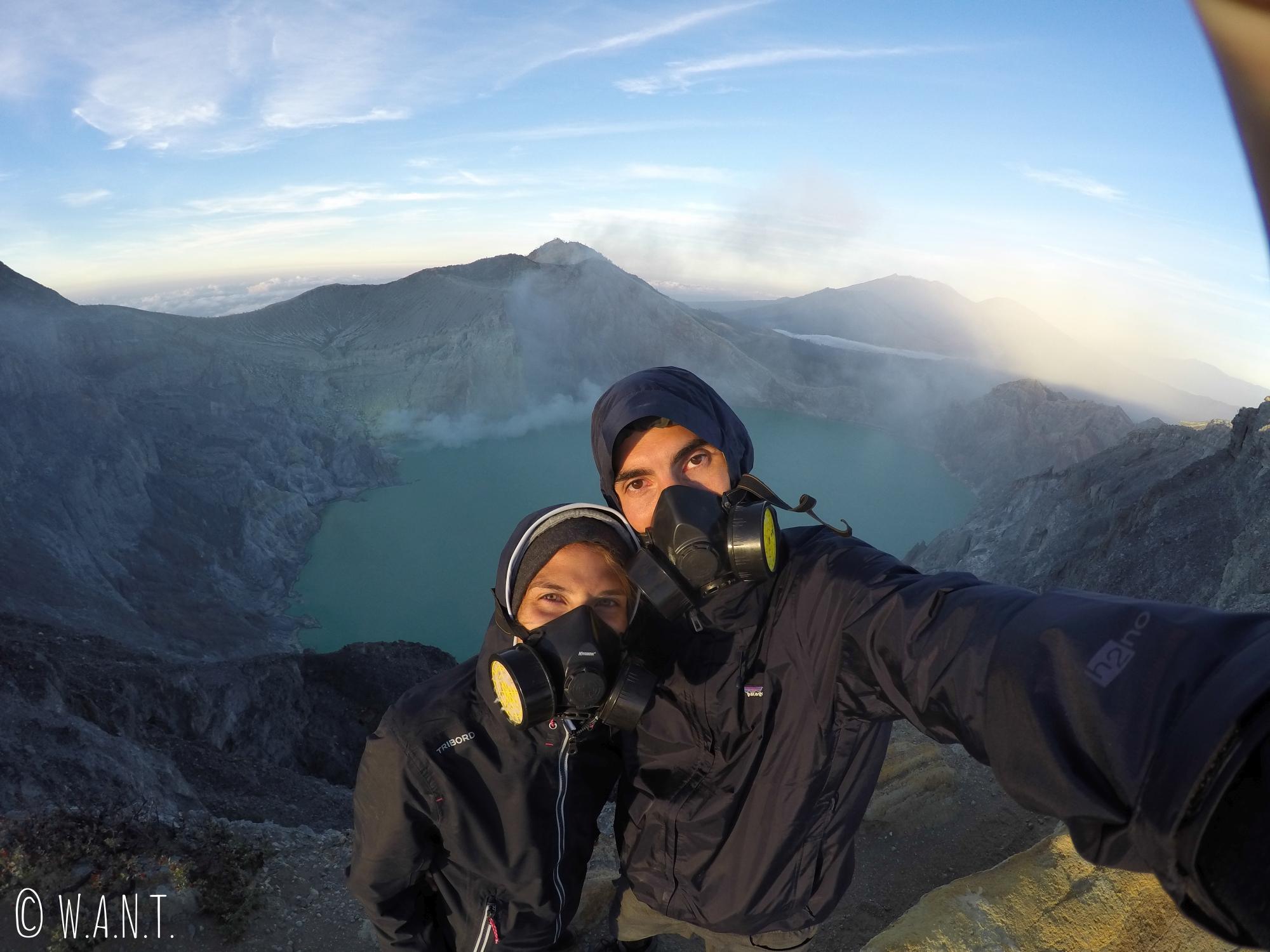 Selfie avec le cratère du Kawah Ijen en arrière-plan