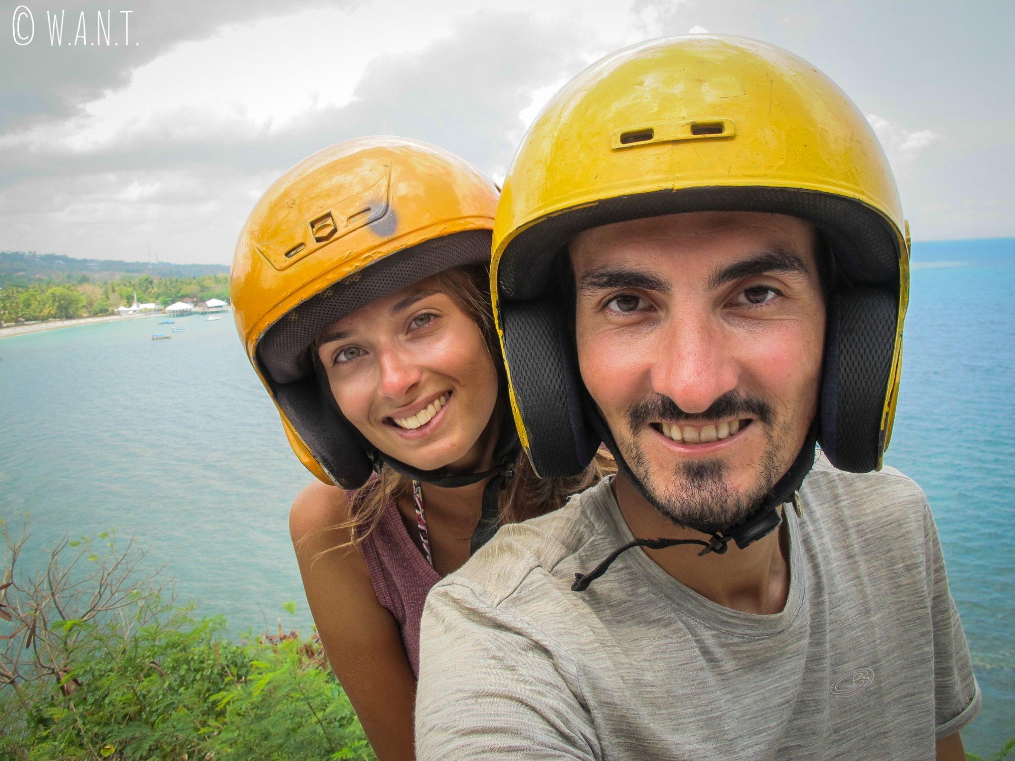 Selfie avec nos casques jaunes durant notre promenade sur la côte de Lombok