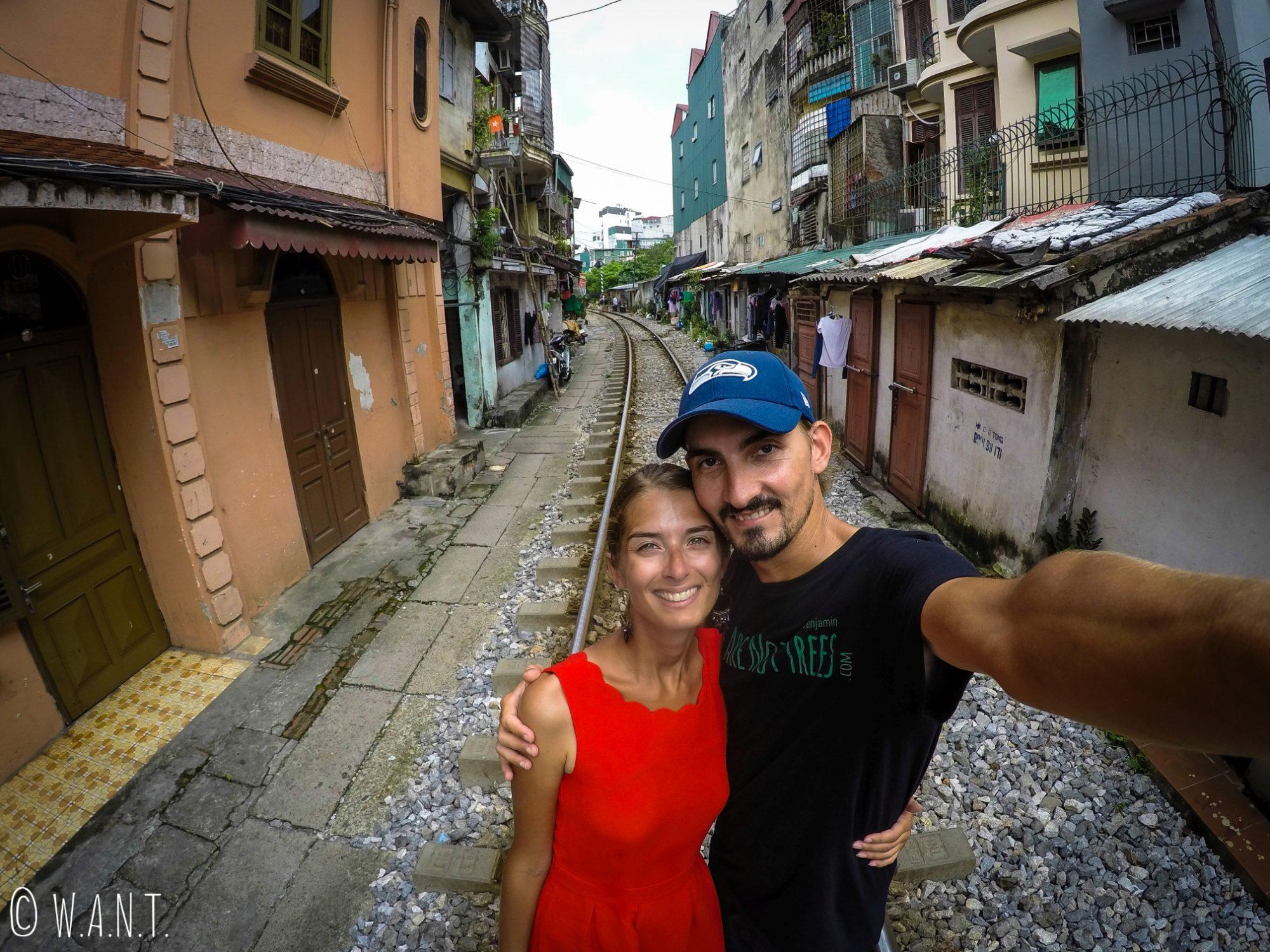 Selfie dans la rue du train à Hanoï