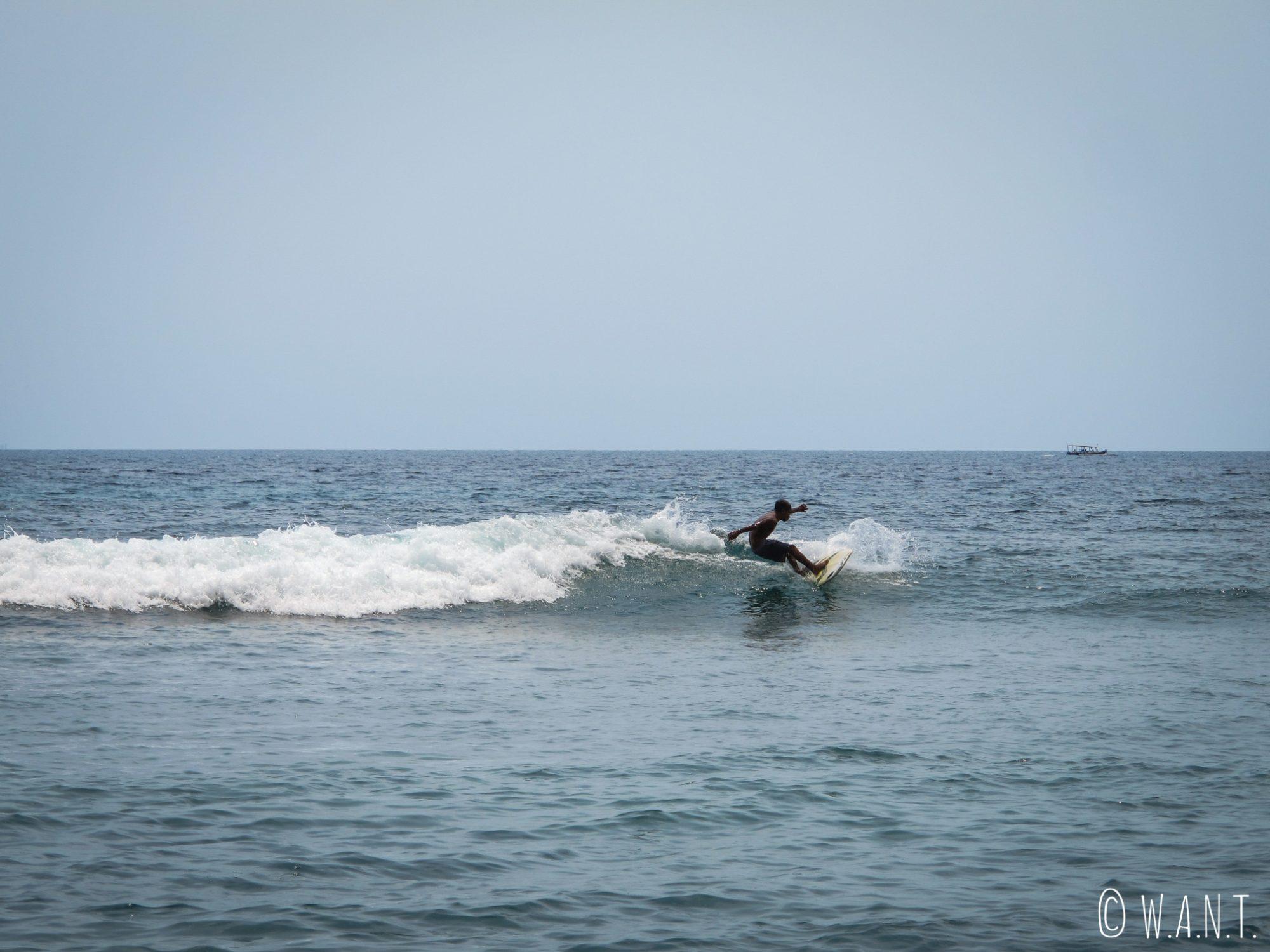 Surfeur sur la plage de Pandanan à Lombok
