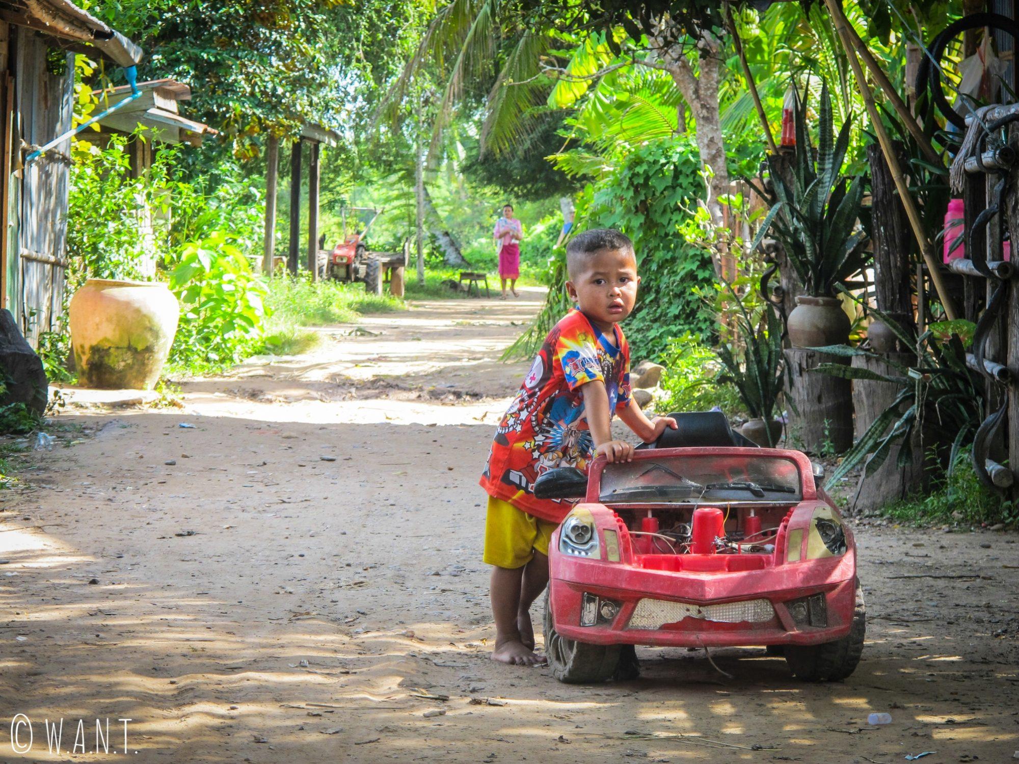 Enfant et sa voiture sur l'île de Don Khon