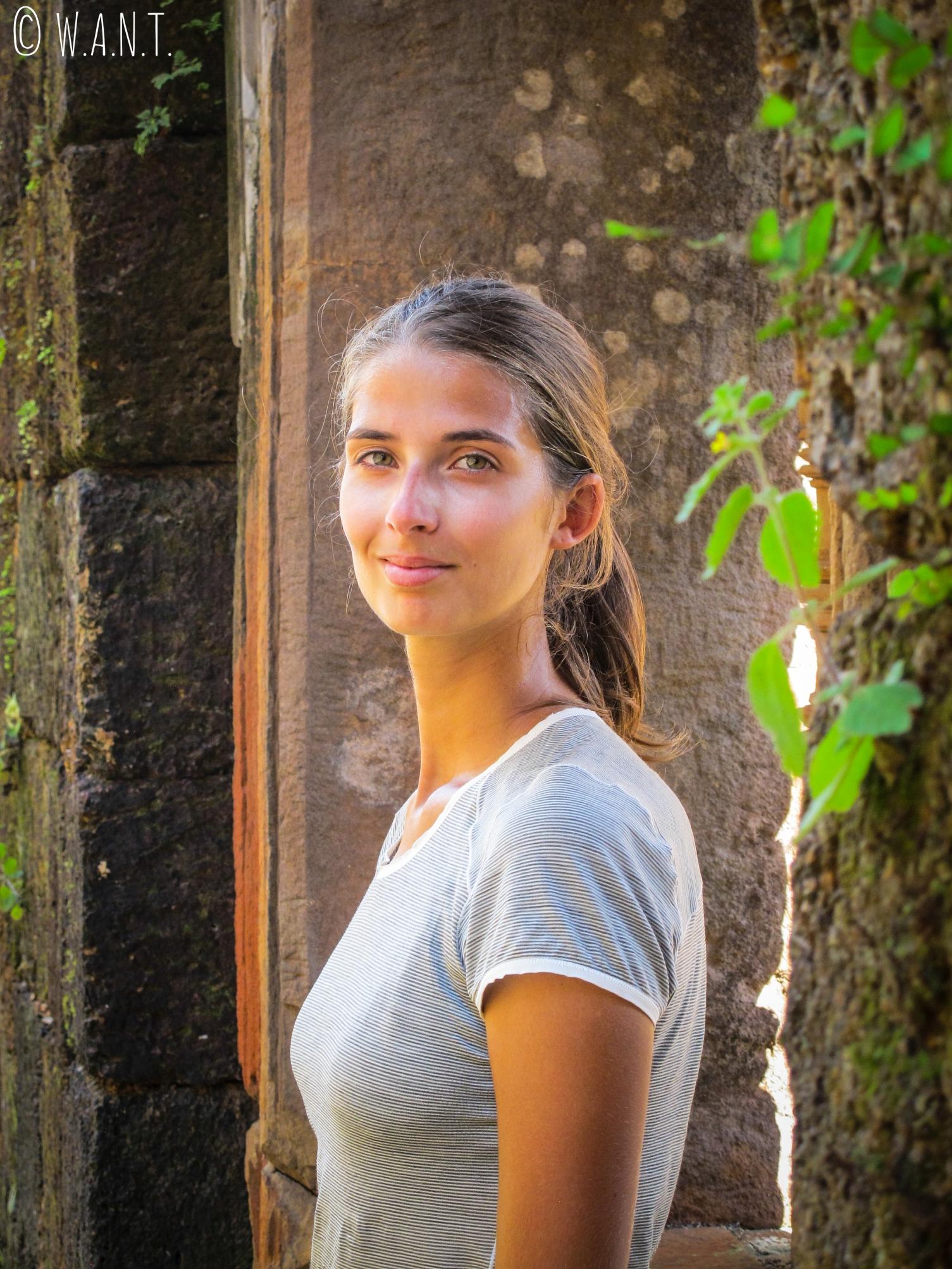 Portrait de Marion dans un des palais de Vat Phou