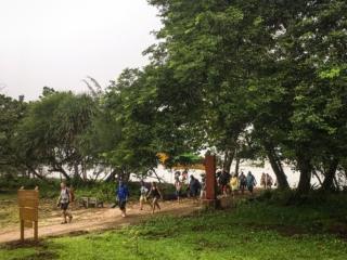 Arrivée sous la pluie des touristes au Bako National Park