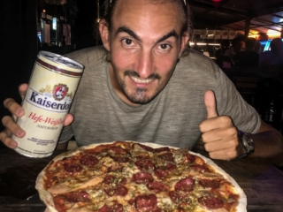 Benjamin est heureux à la Balkanico Pizza de Kuching