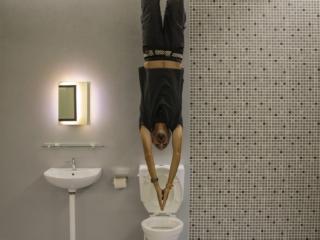 Immersion pour Benjamin dans les toilettes de l'Upside Down Museum de Kuching
