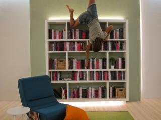 Marion dans la bibliothèque de l'Upside Down Museum de Kuching