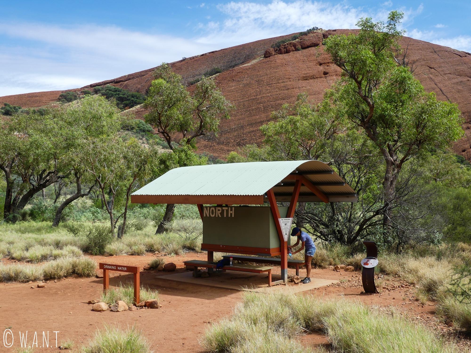 Point d'eau disponible sur la randonnée Valley of the Winds Walk du parc national Uluru-Kata Tjuta
